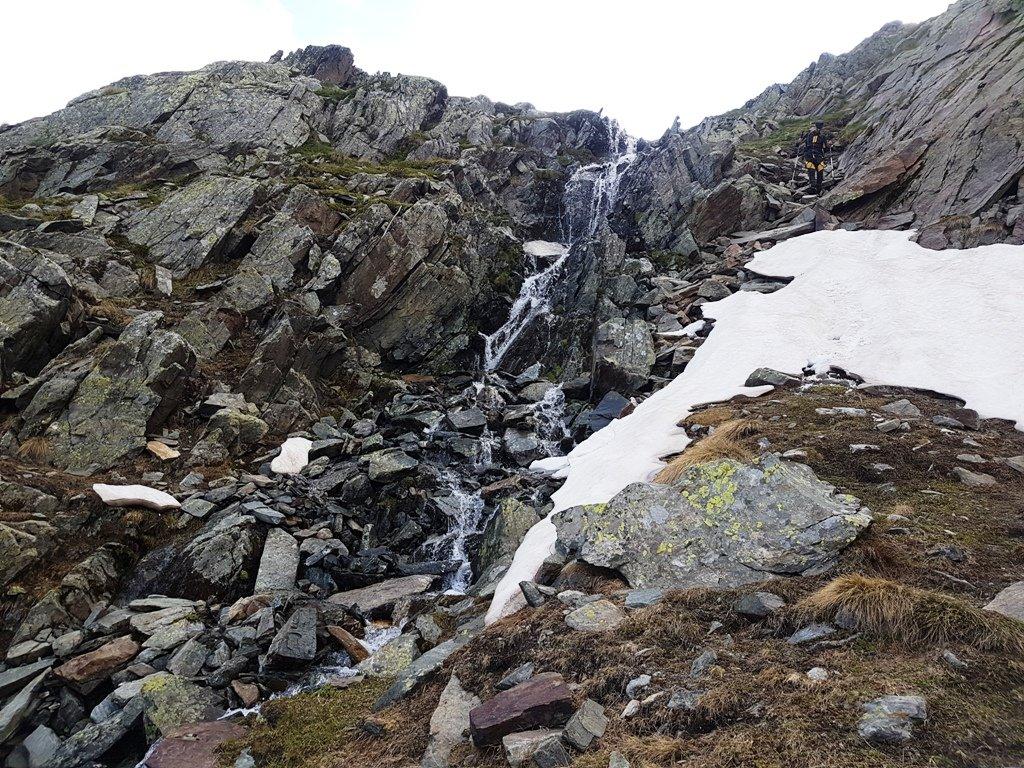 Si passa spesso accanto a torrenti e piccole cascate.