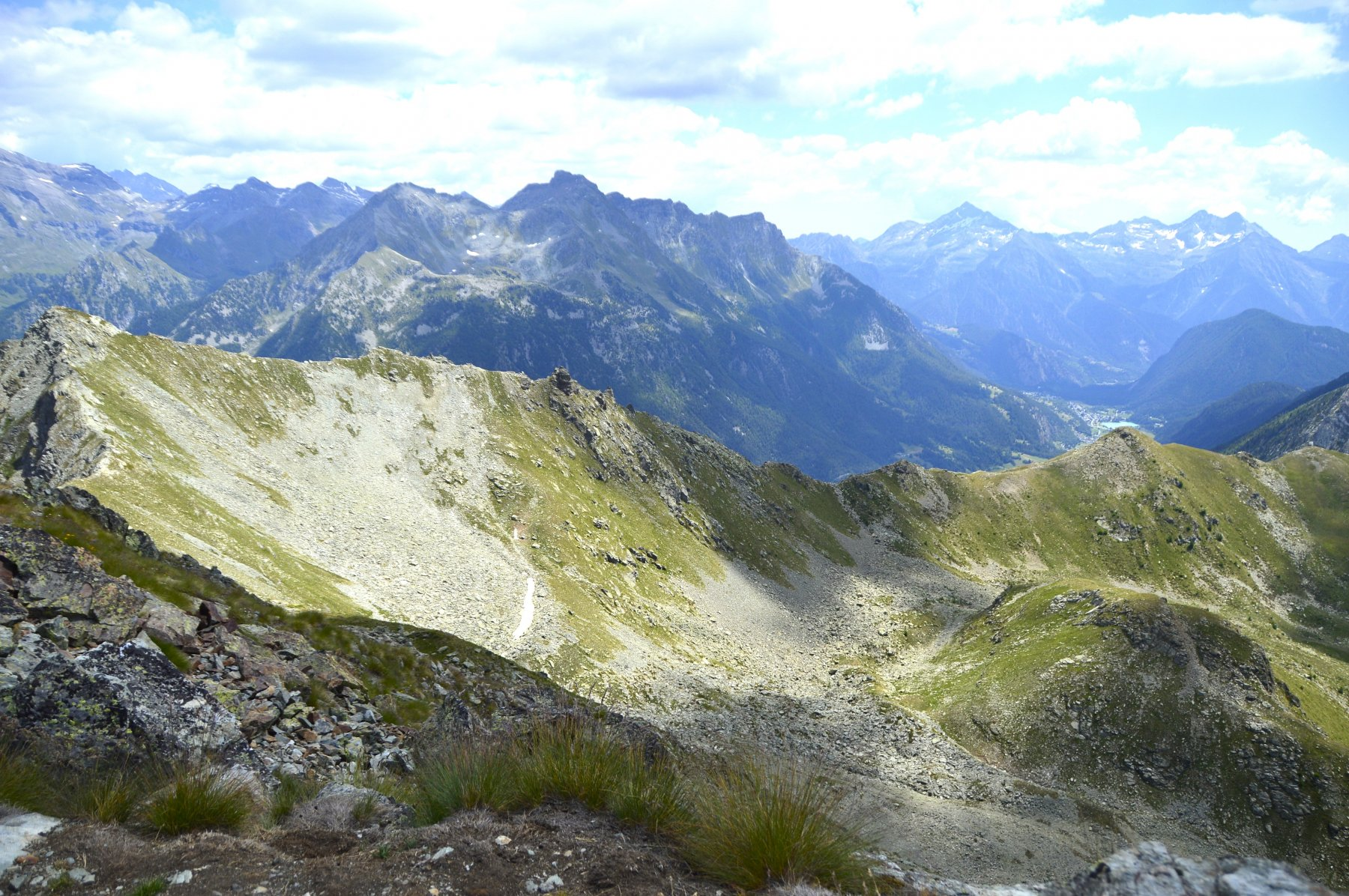 Dalla vetta, tutta la lunga cresta da percorrere per arrivare al col Portola