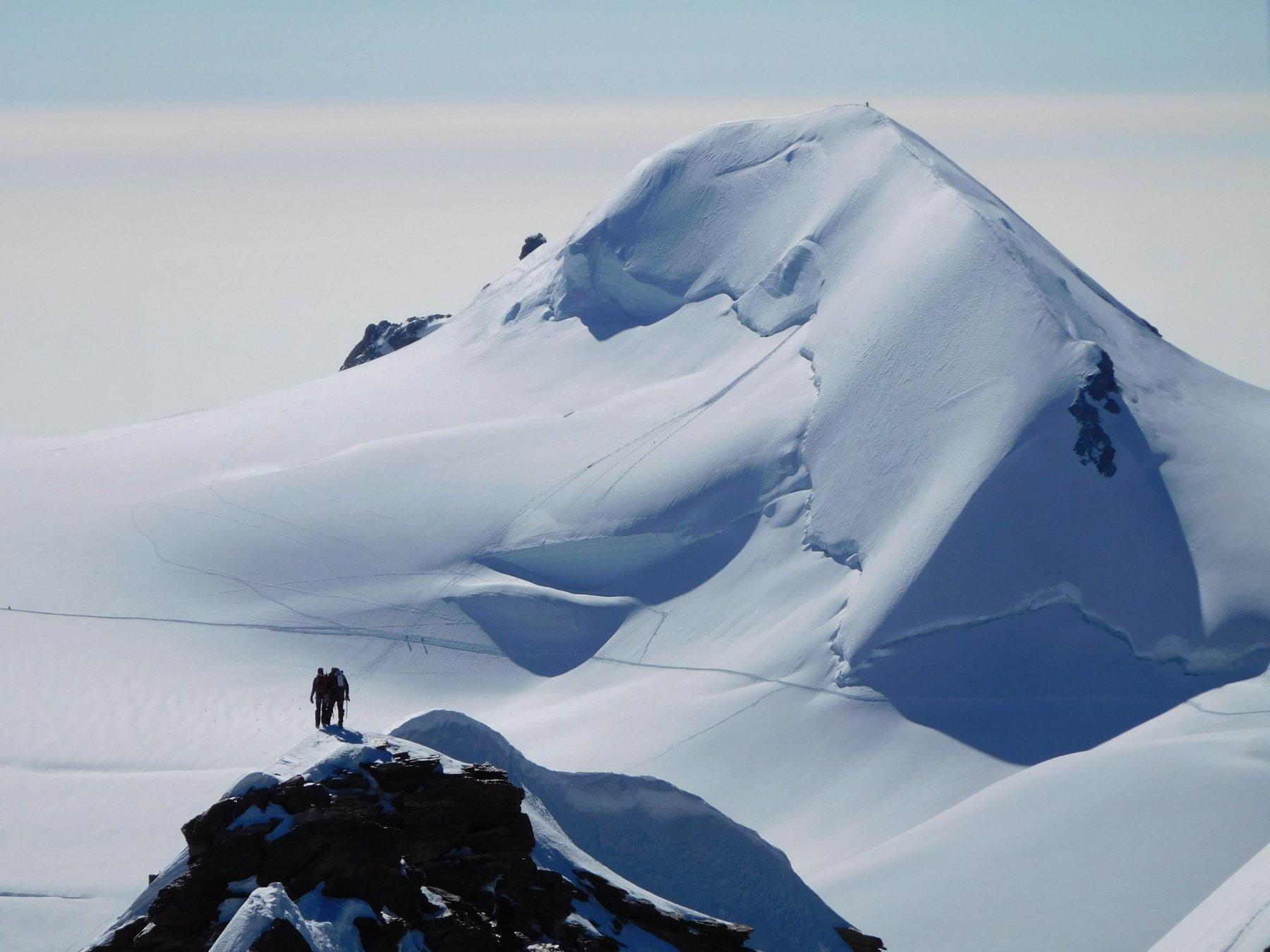 Zoom verso la Parrot con cordata sulla cresta dei Lyskamm