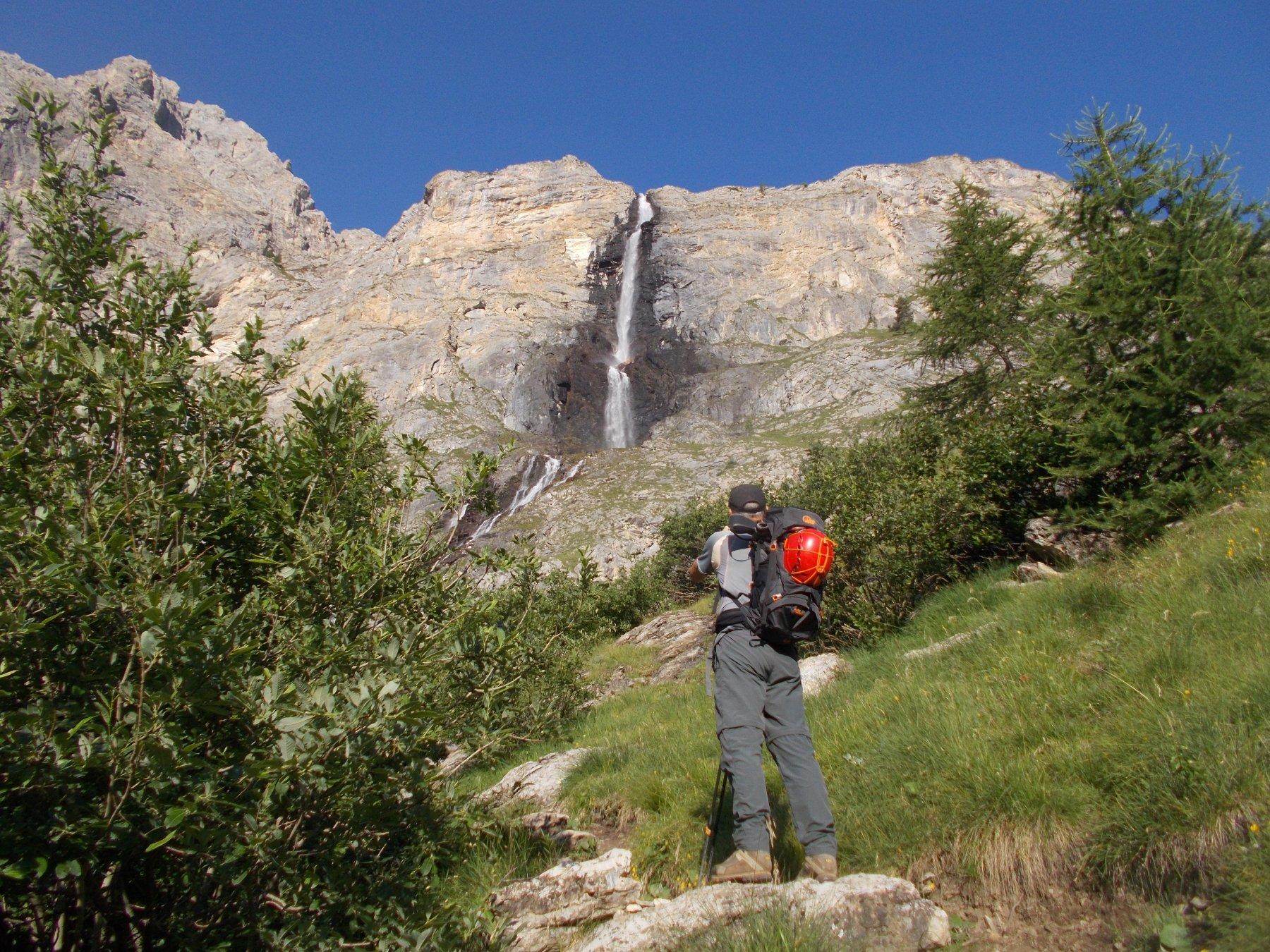 in alto l'imponente salto della cascata di Stroppa..
