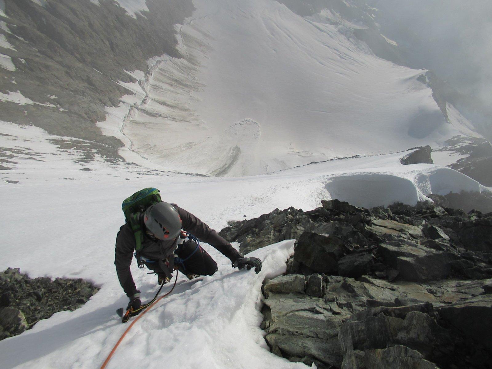 Parte in neve ripida sotto la cima
