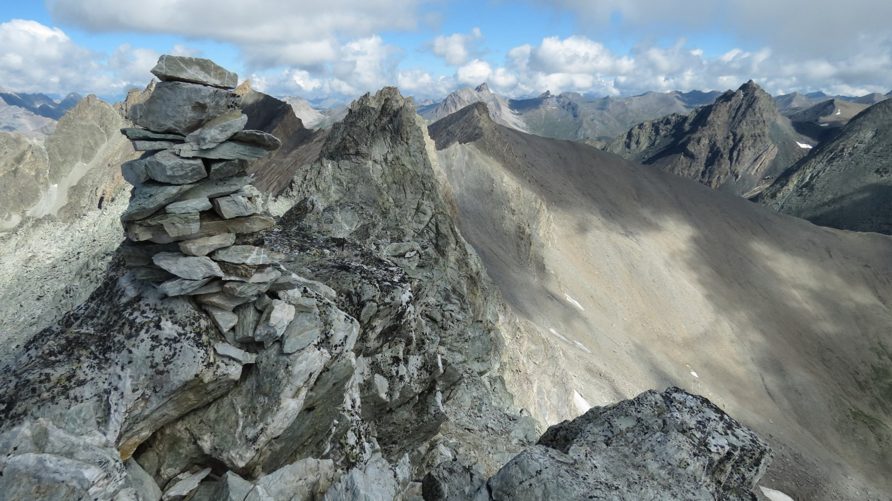 ometto di vetta della Cima NO del Monte Maniglia e panorama