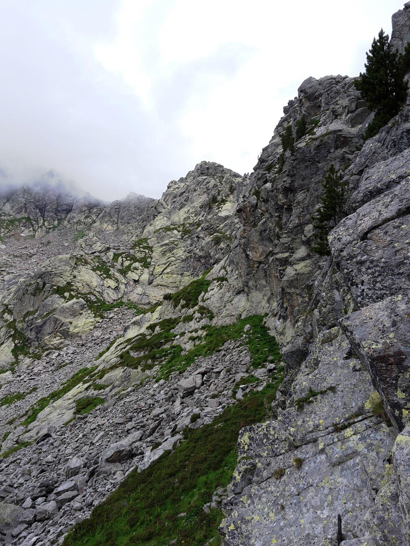il sentiero di accesso, sotto la cresta Carisey