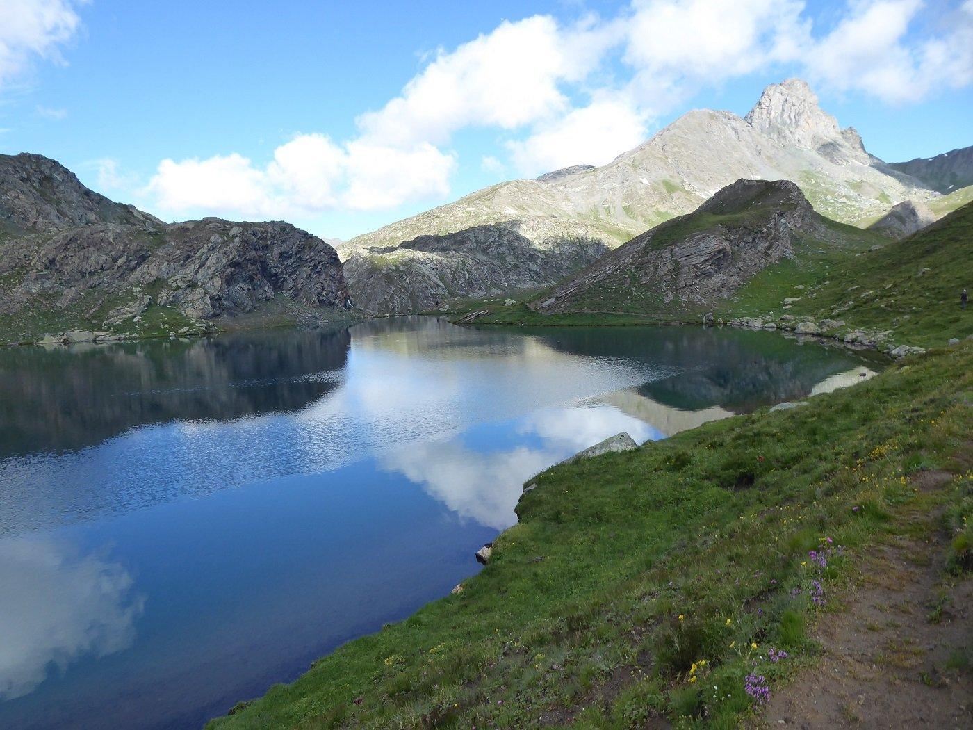 Lo splendido Lago Nero con il Roc della Niera sullo sfondo.