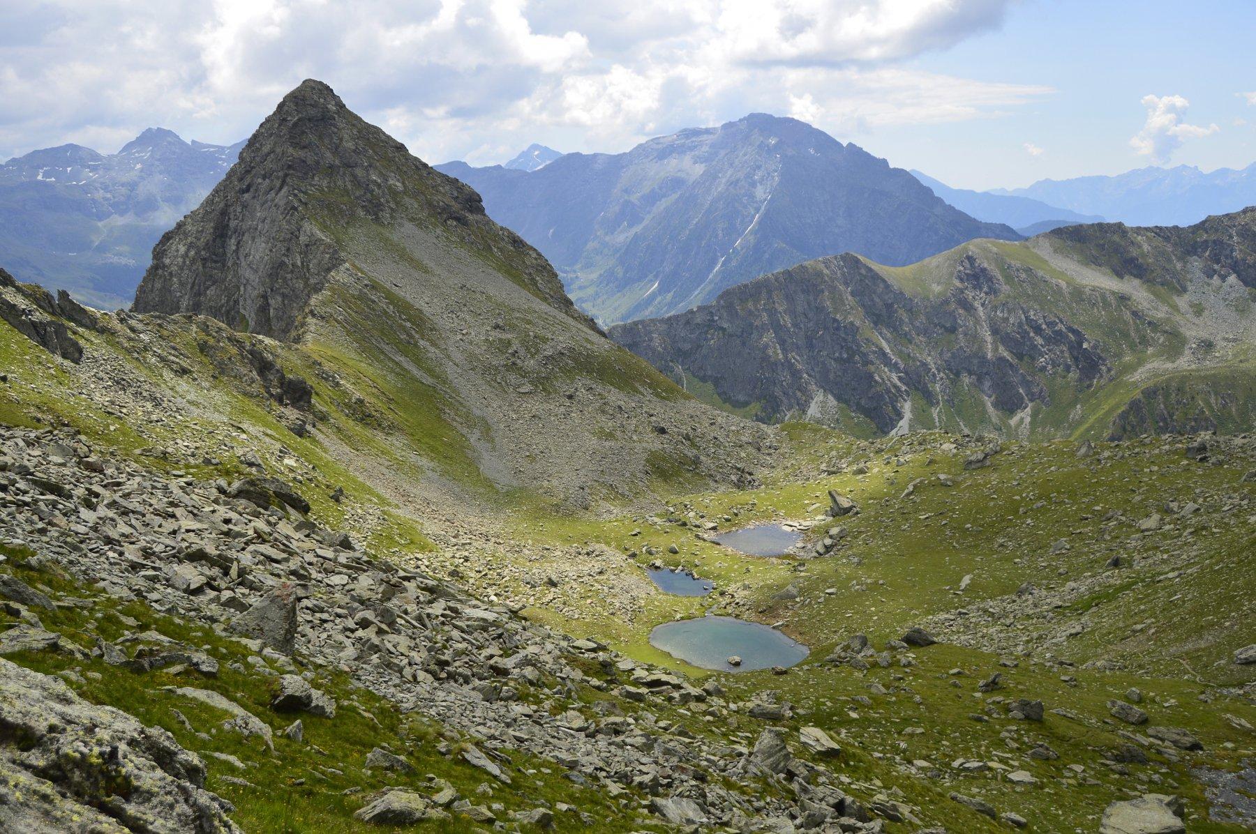 Palon di Nana (a sx) e laghetti Croce salendo al colle