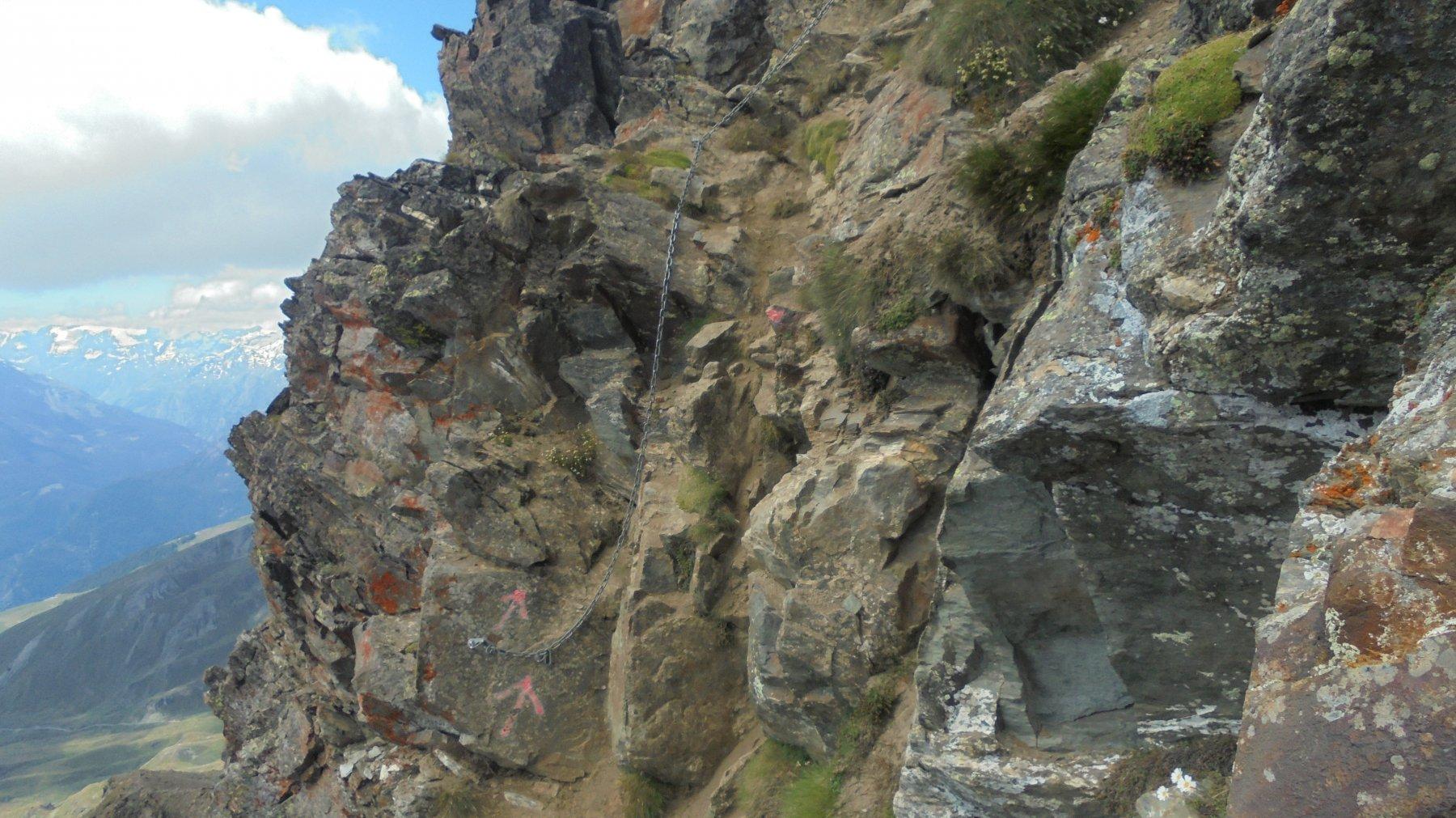 Uno dei passi più esposti della cresta, un II  da effettuare in disarrampicata se si proviene dalla via per il lago Morto