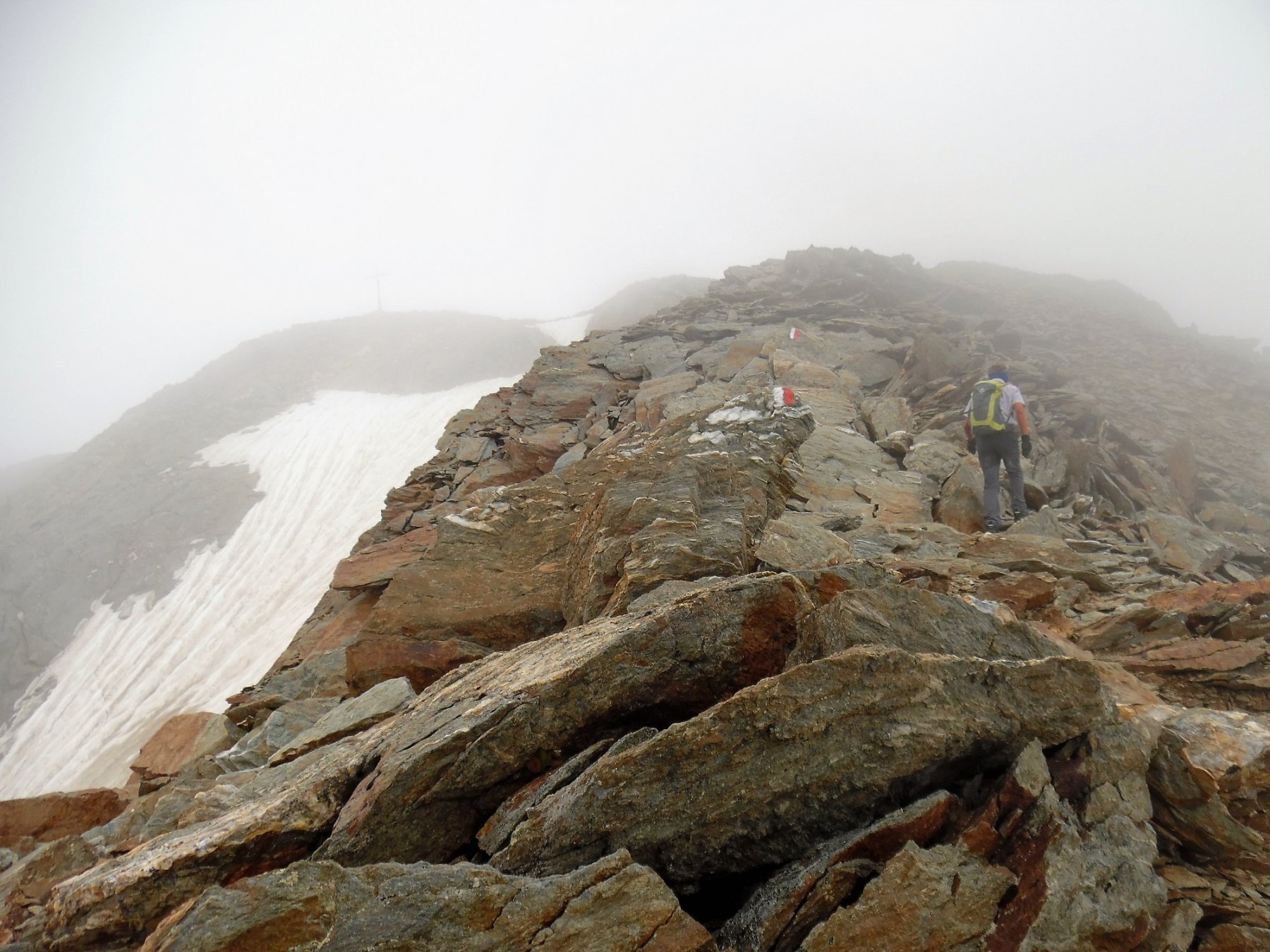 Croce di vetta nella nebbia a sinistra