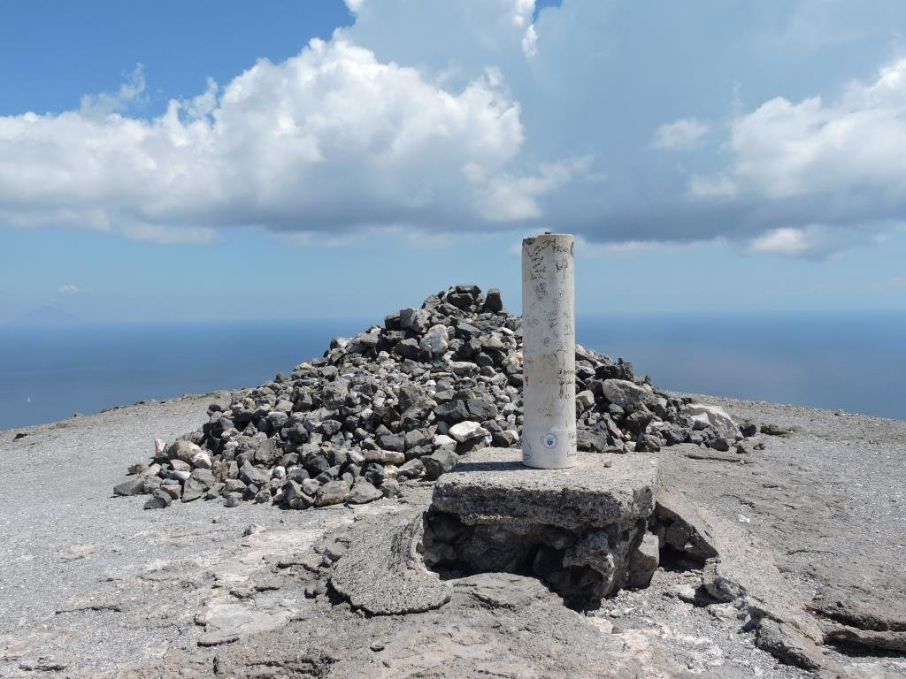 Il piloncino sul punto sommitale del Cratere.