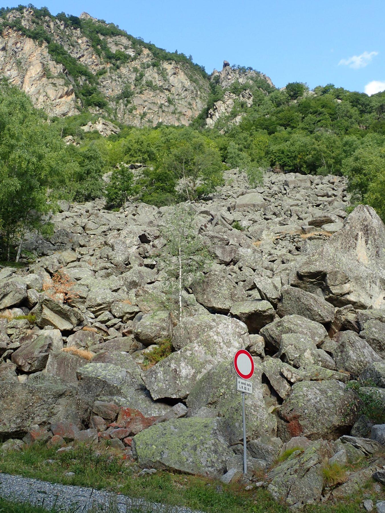 pietraia di partenza, all'inizio del sentiero per Sea. Si vede bene torrione in alto dove corre la via.
