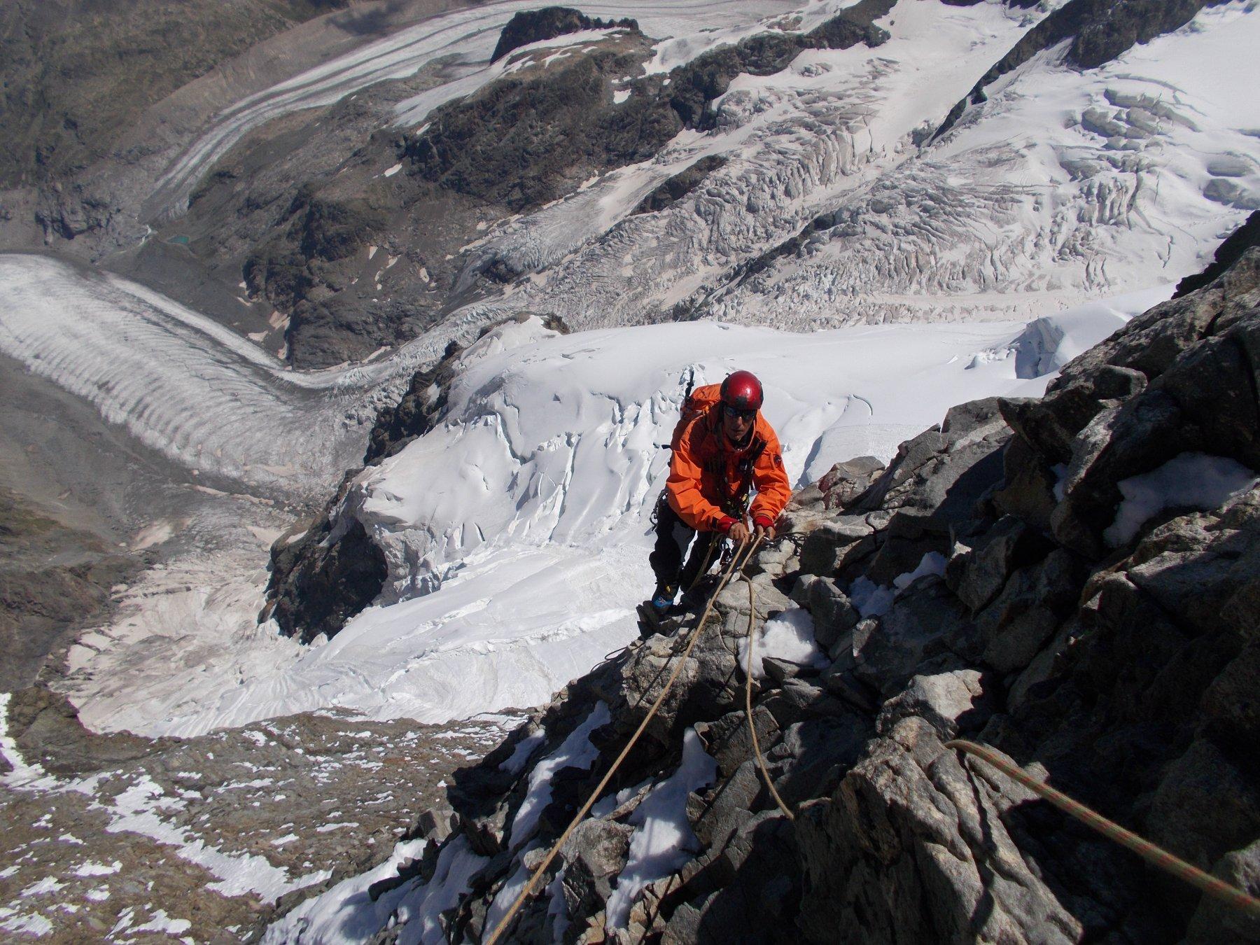 arrampicata aerea al di sopra del tormentato ghiacciaio di Morteratsch..