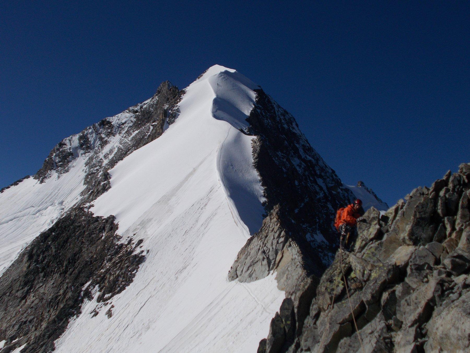 cercando l'ancoraggio per la doppia..la piu' bella linea delle alpi lassu' ci aspetta..