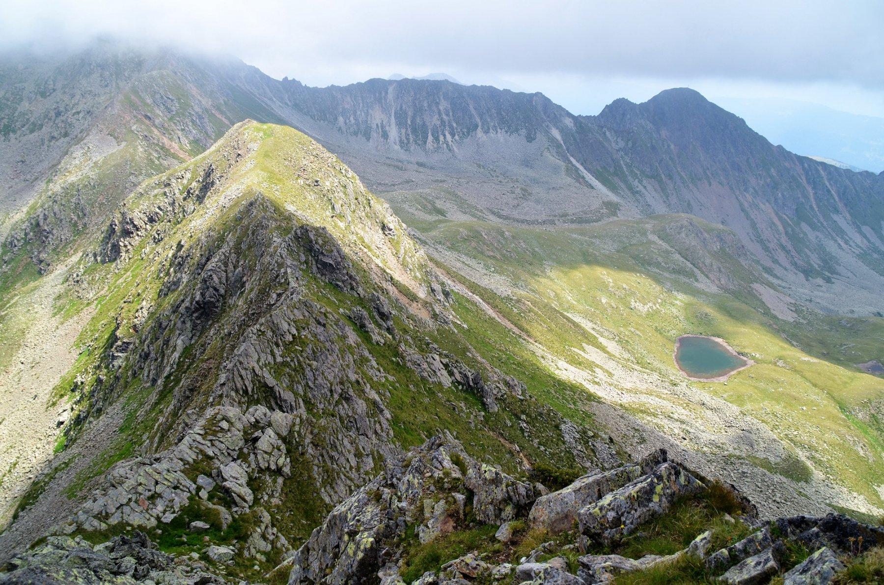 La cresta est percorsa, il Lago Cemiglio e la Cima Slavazzaie
