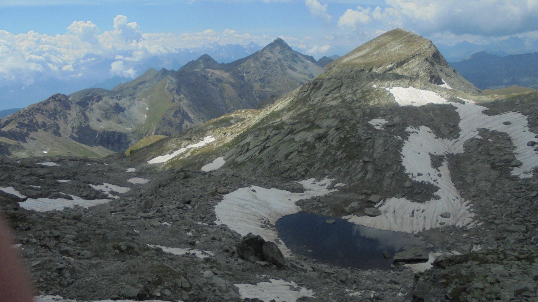 Monte Perrin e a destra il colletto che occorre risalire per scendere al lago Perrin
