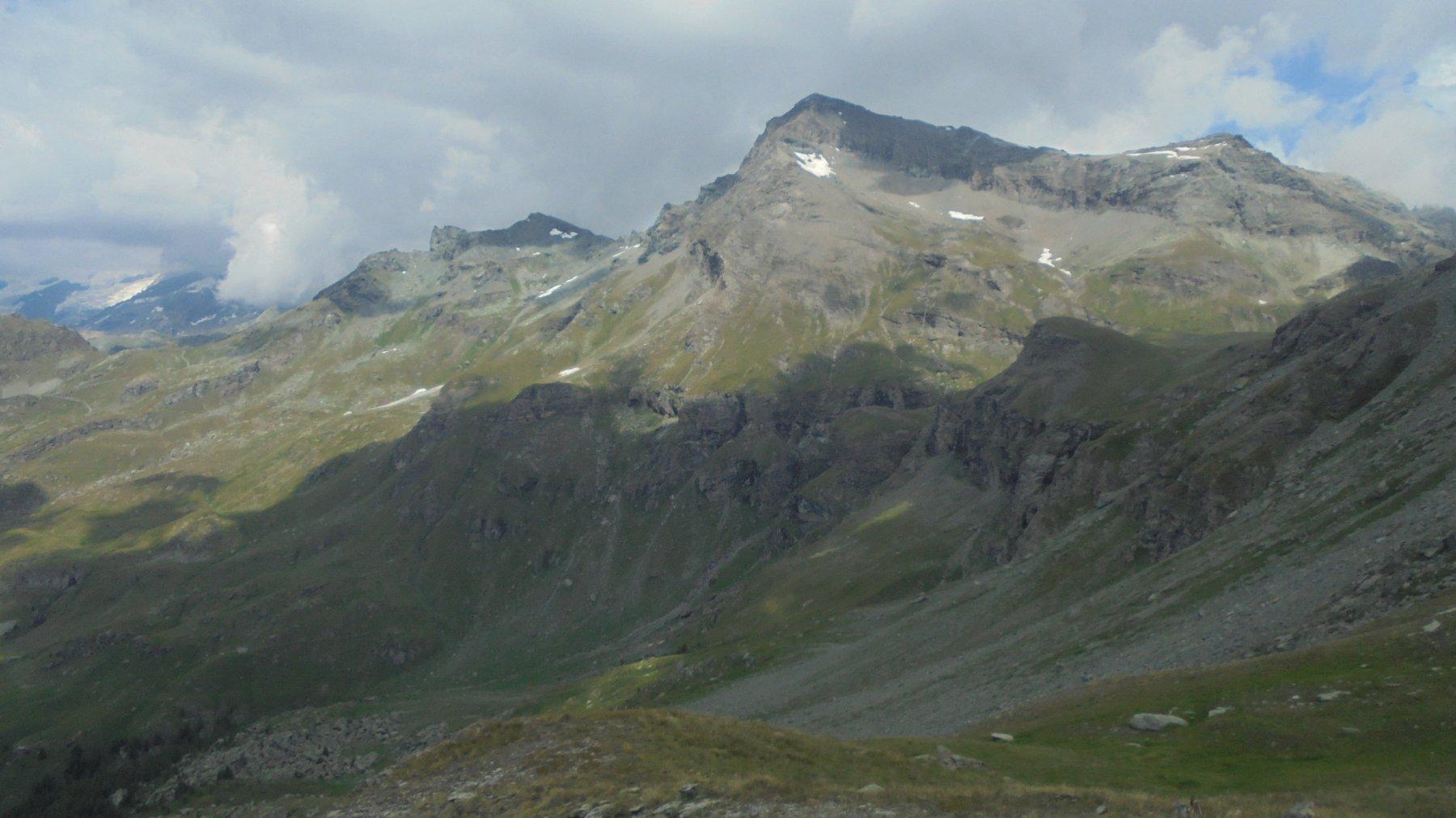 La cresta da percorrere vista dal lago Perrin