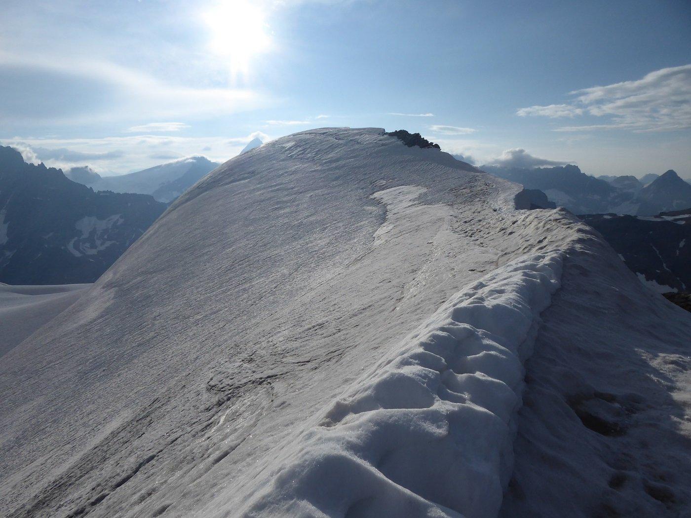 La vetta vista dal lato Ovest. Si intuisce la spaccatura poco sotto la cima.