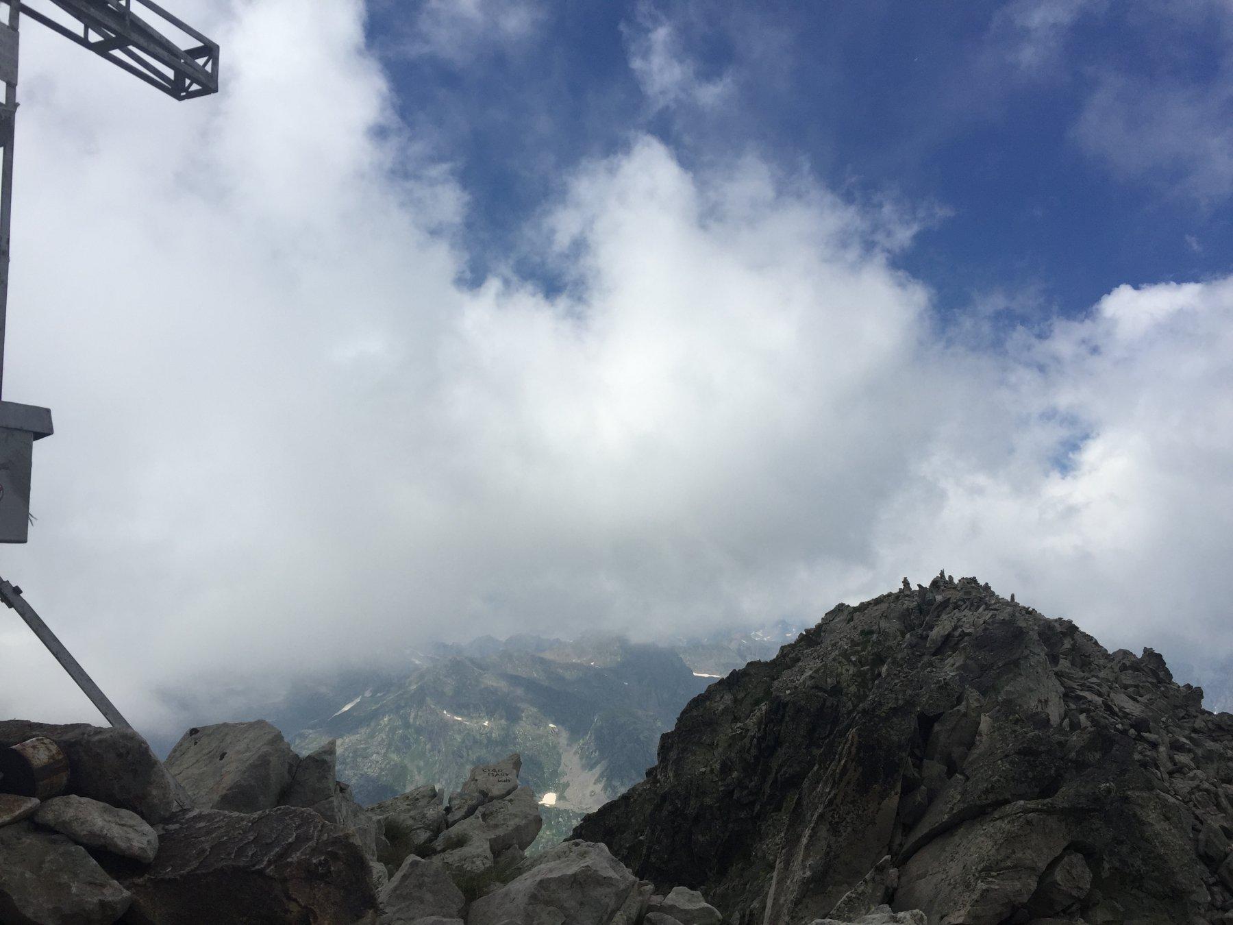 La cima e il tratto di cresta visti dall'anticima