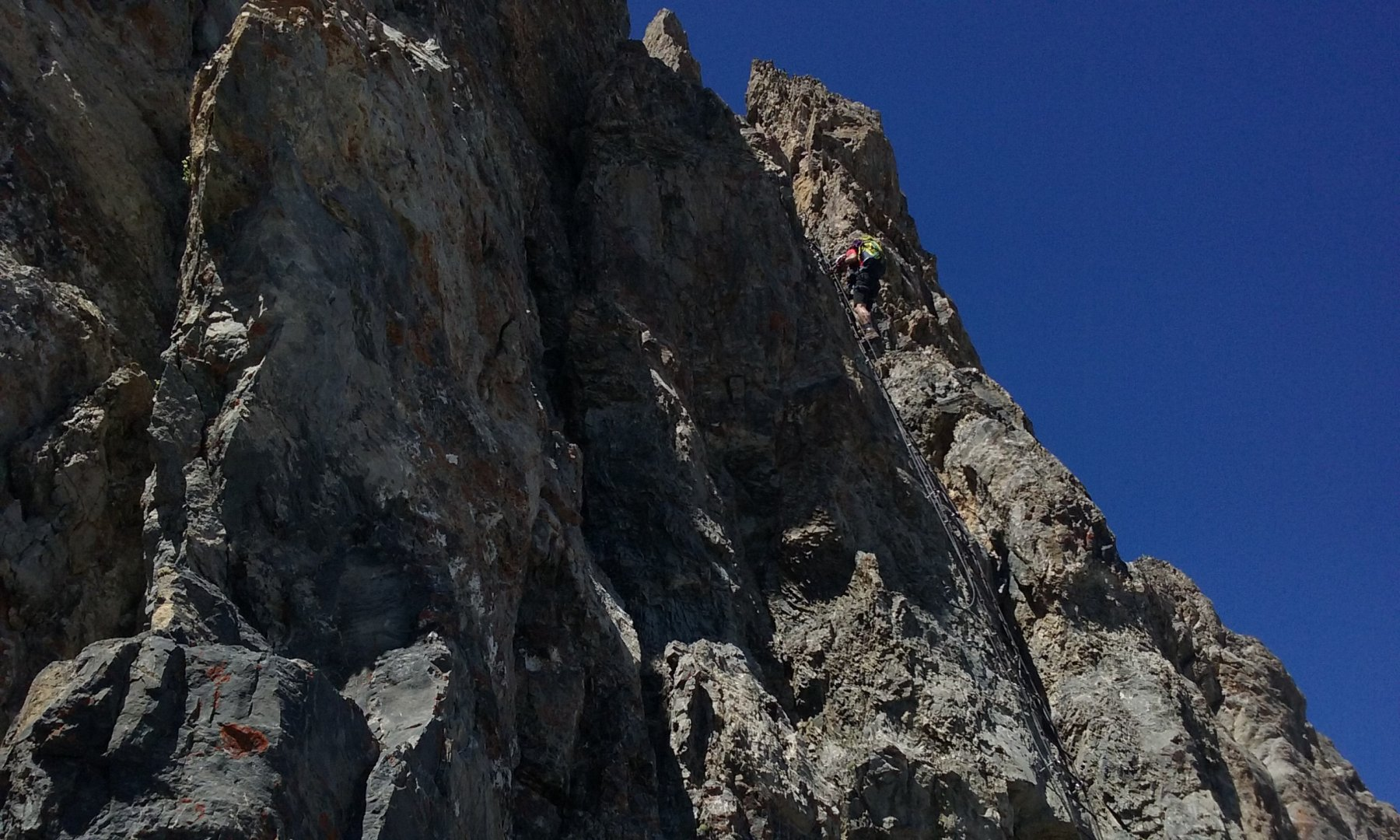 Sandro scende la scala sommitale