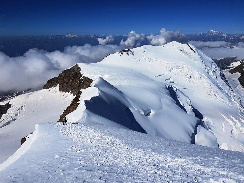 Pendio di discesa dall'occidentale  e  gobbe nevose per arrivare alla Punta Felik e scendere poi al Quintino.