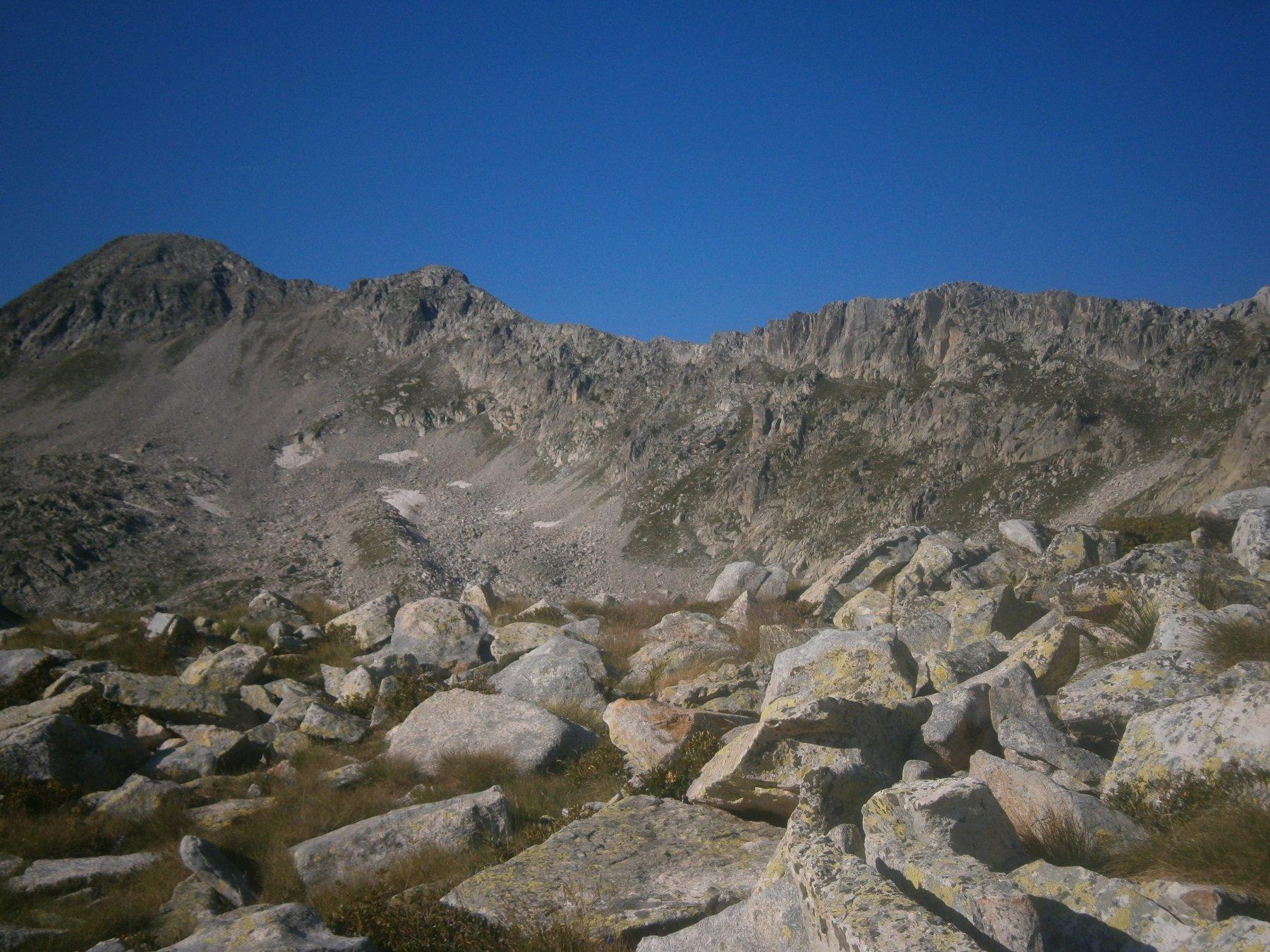 La cresta con la cima a sinistra
