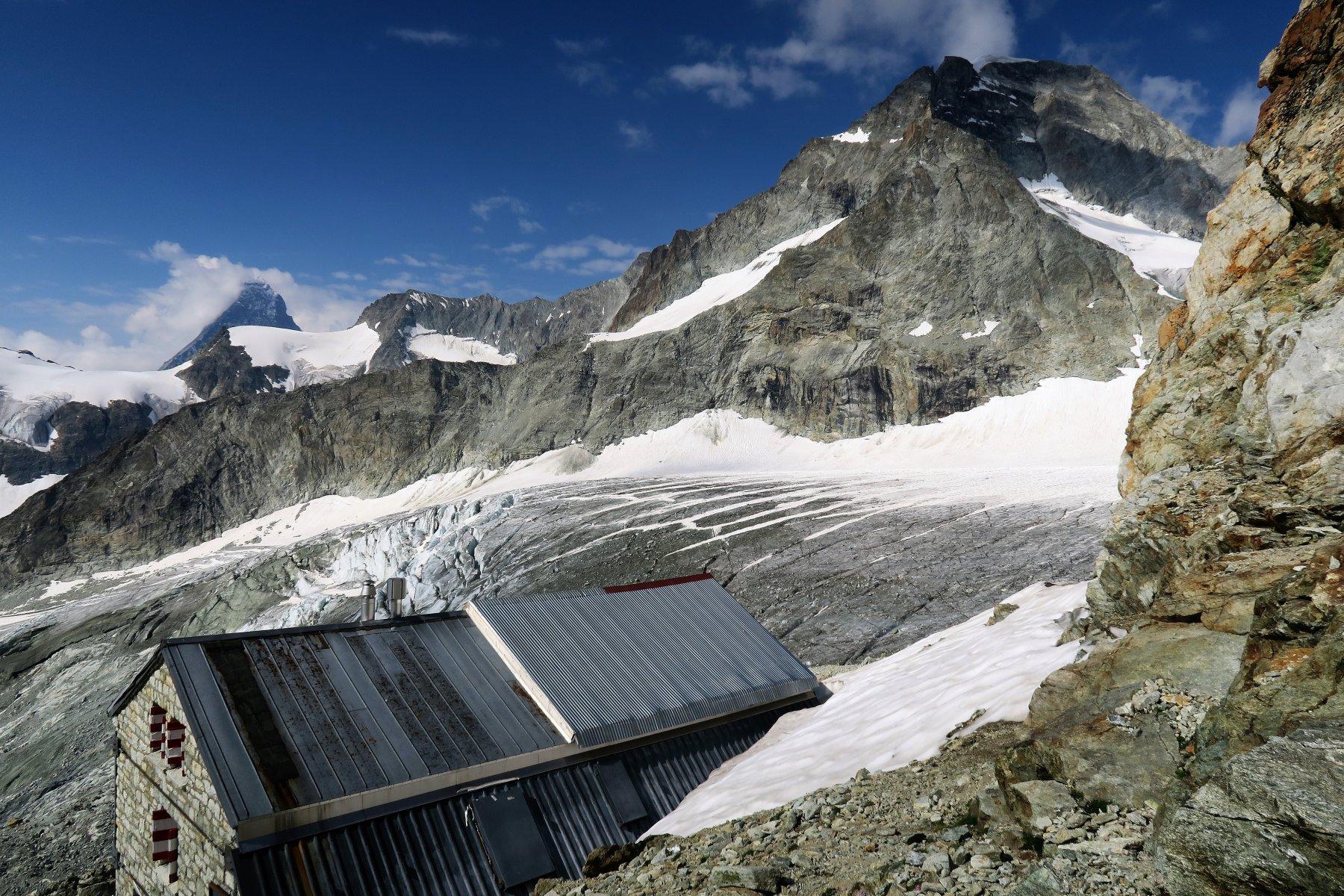 il Rifugio Zinalrothornhuette a quota 3198 visto da sopra