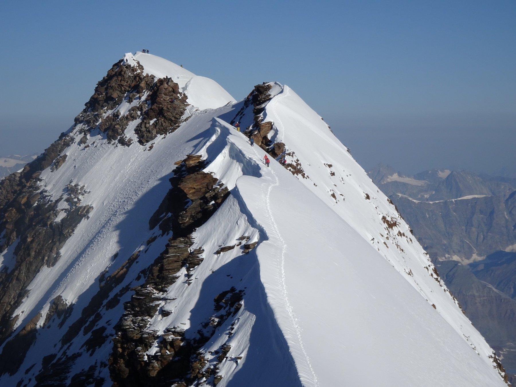 Lyskamm Occidentale- si incrociano i primi alpinisti nel senso inverso