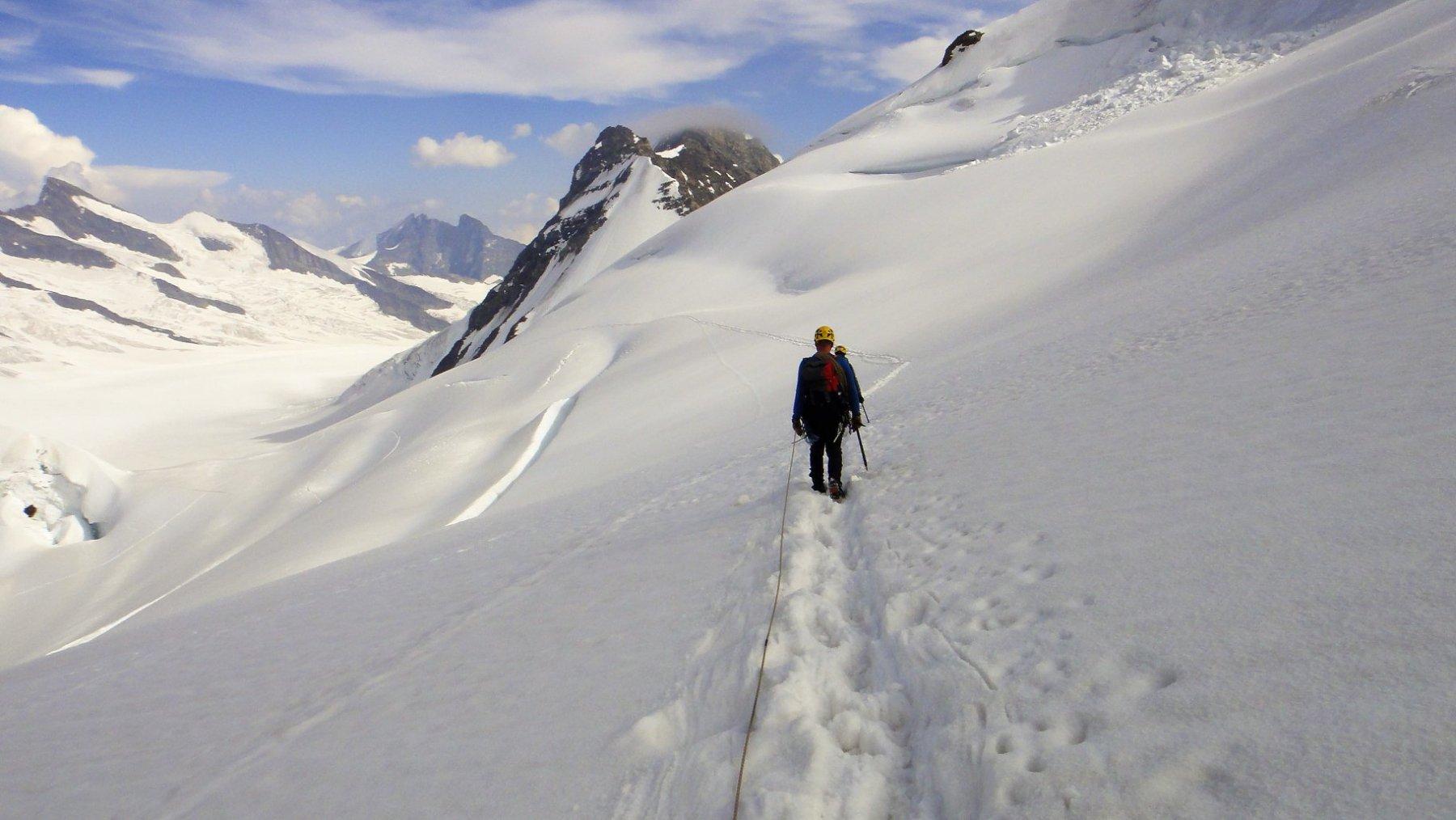 FOTO_22 Percorso su ghiacciaio una volta usciti dalle creste di discesa. Ci si tiene sulla destra sotto il Monch