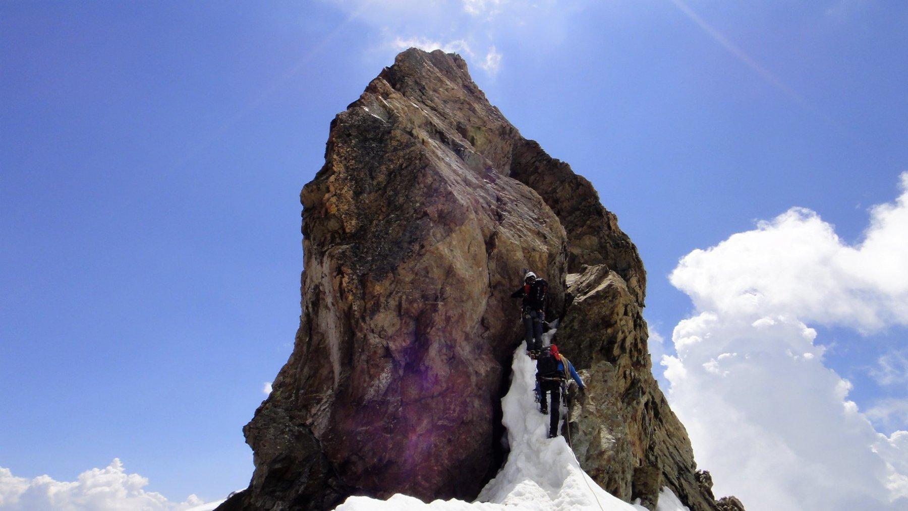 FOTO_21 Tratto alpinistico impegnativo lungo le creste di discesa. 2 tiri di corda: stretto camino ghiacciato e passo atletico verso dx molto esposto