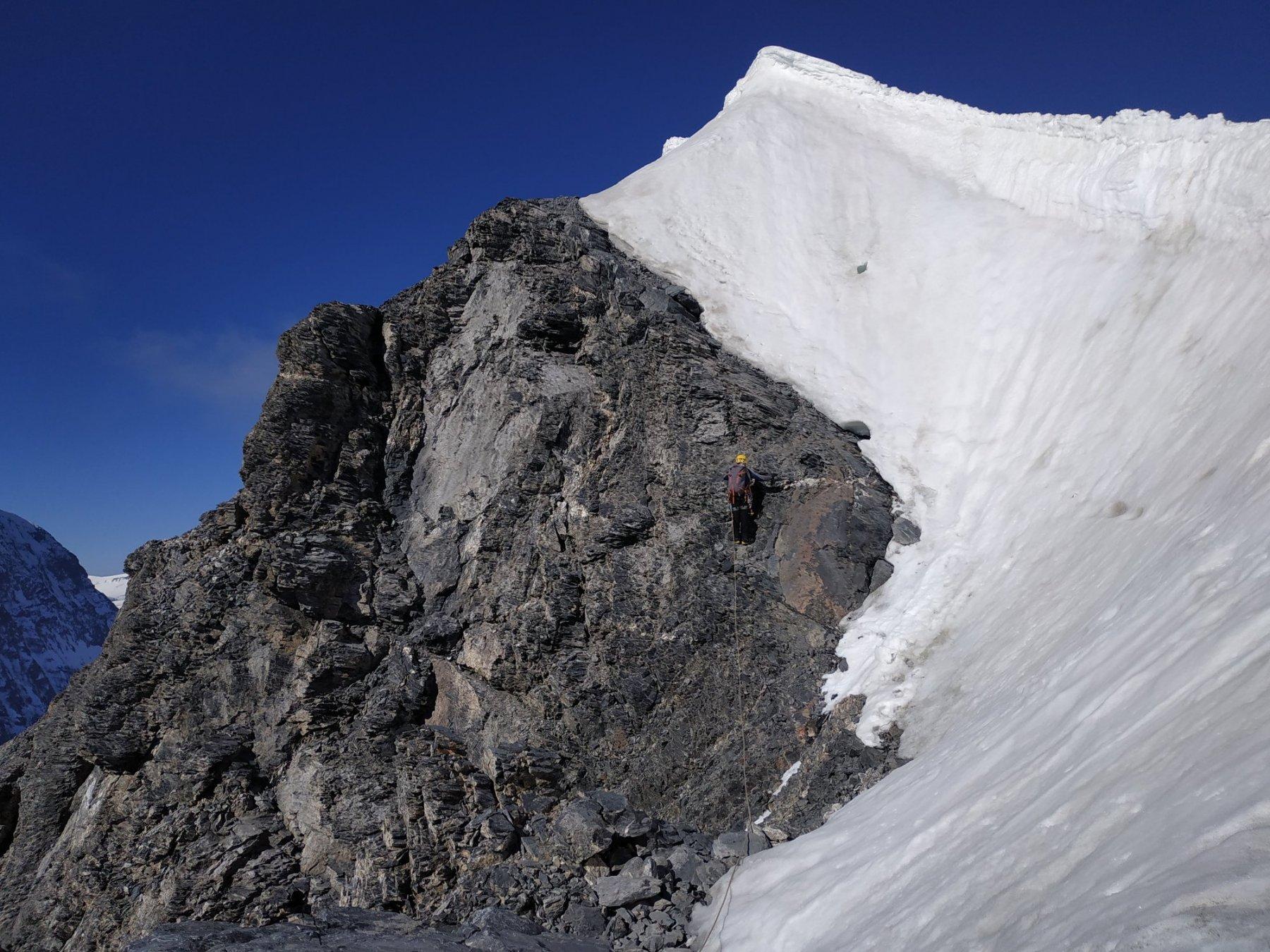 FOTO_18 Parte alta della cresta su cui (Ago 2018) e' stato possibile aggirare la parte nevosa stando verso Sud su roccia di qualita' mediocre.