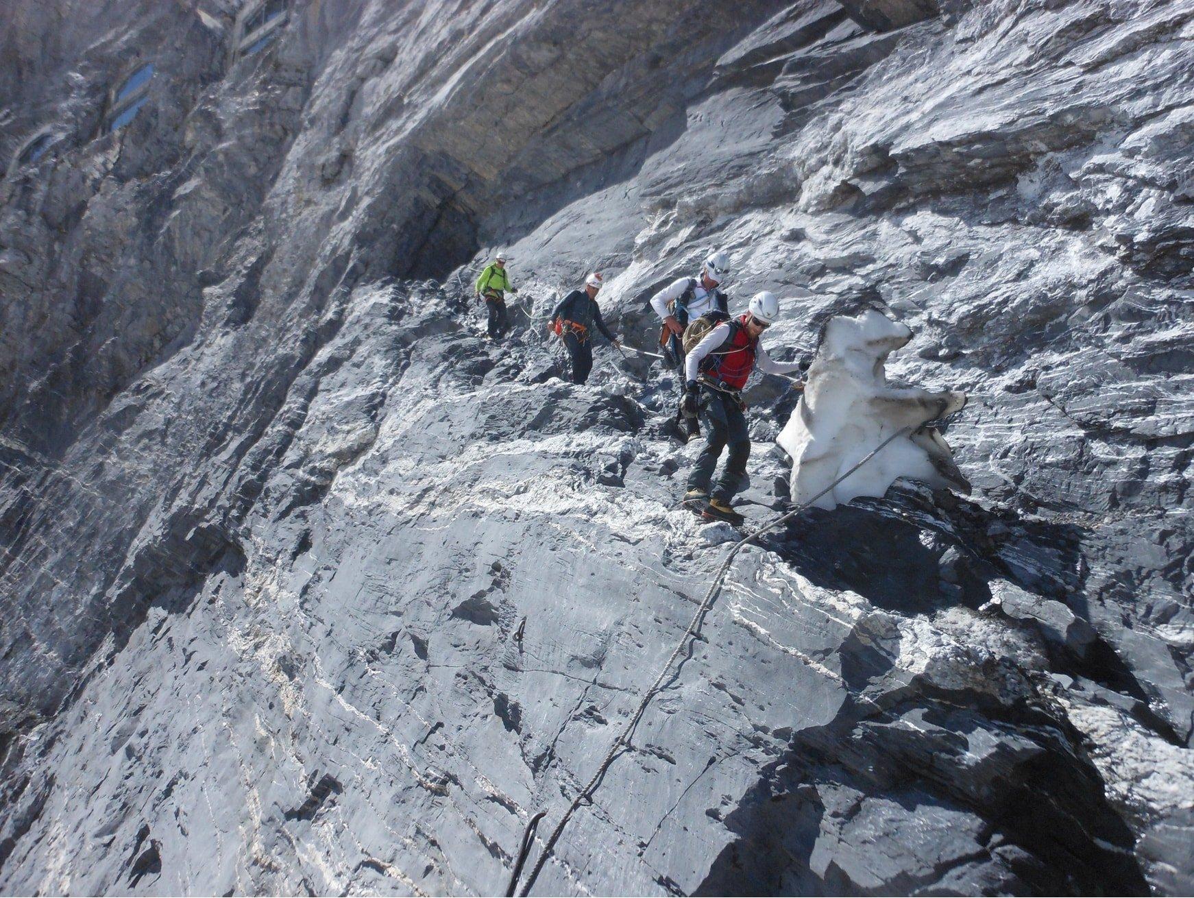 FOTO_10 Cengia di uscita dalla stazione Eismeer con corda fissa che (Ago 2018) deposita direttamente sul ghiacciaio della sud dell'Eiger