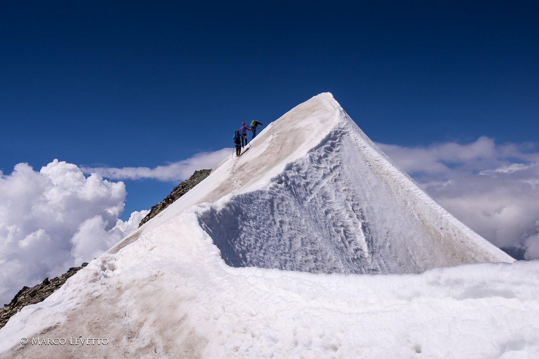 Oltre il terzo torrione, la cresta ridiventa nevosa, a pochi passi dalla sommità del Breithorn Centrale