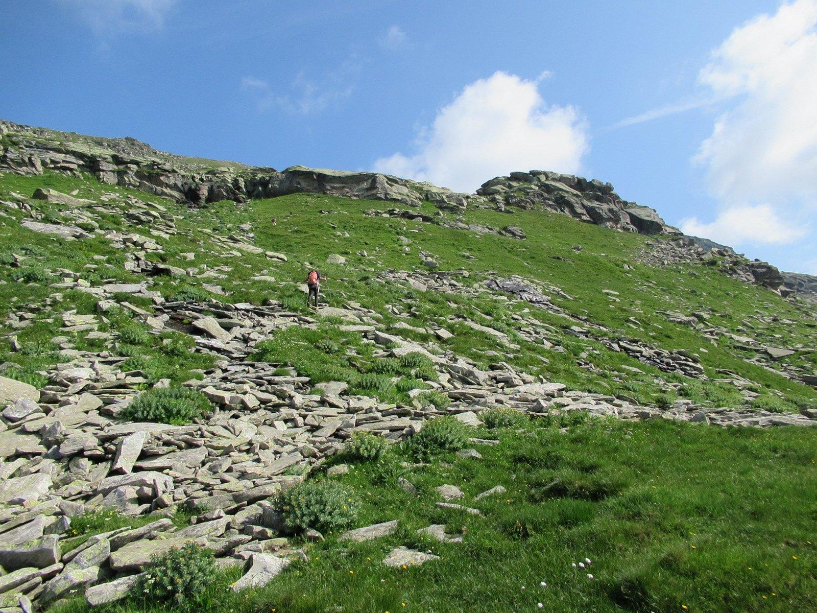 Il dosso roccioso: la traccia passa a sinistra