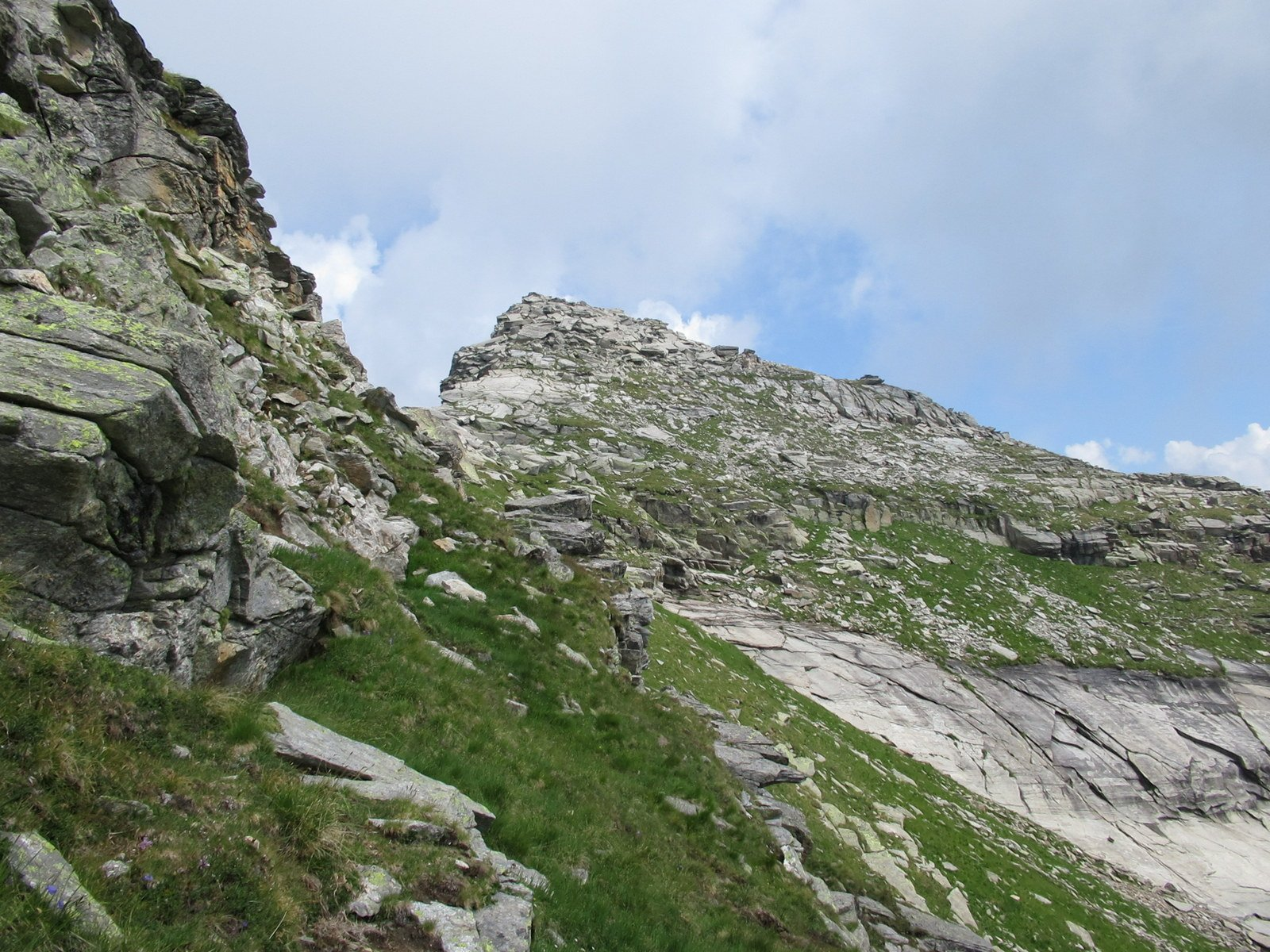 Il Corno Bianco come appare dalla tracciolina sotto cresta che conduce al colle