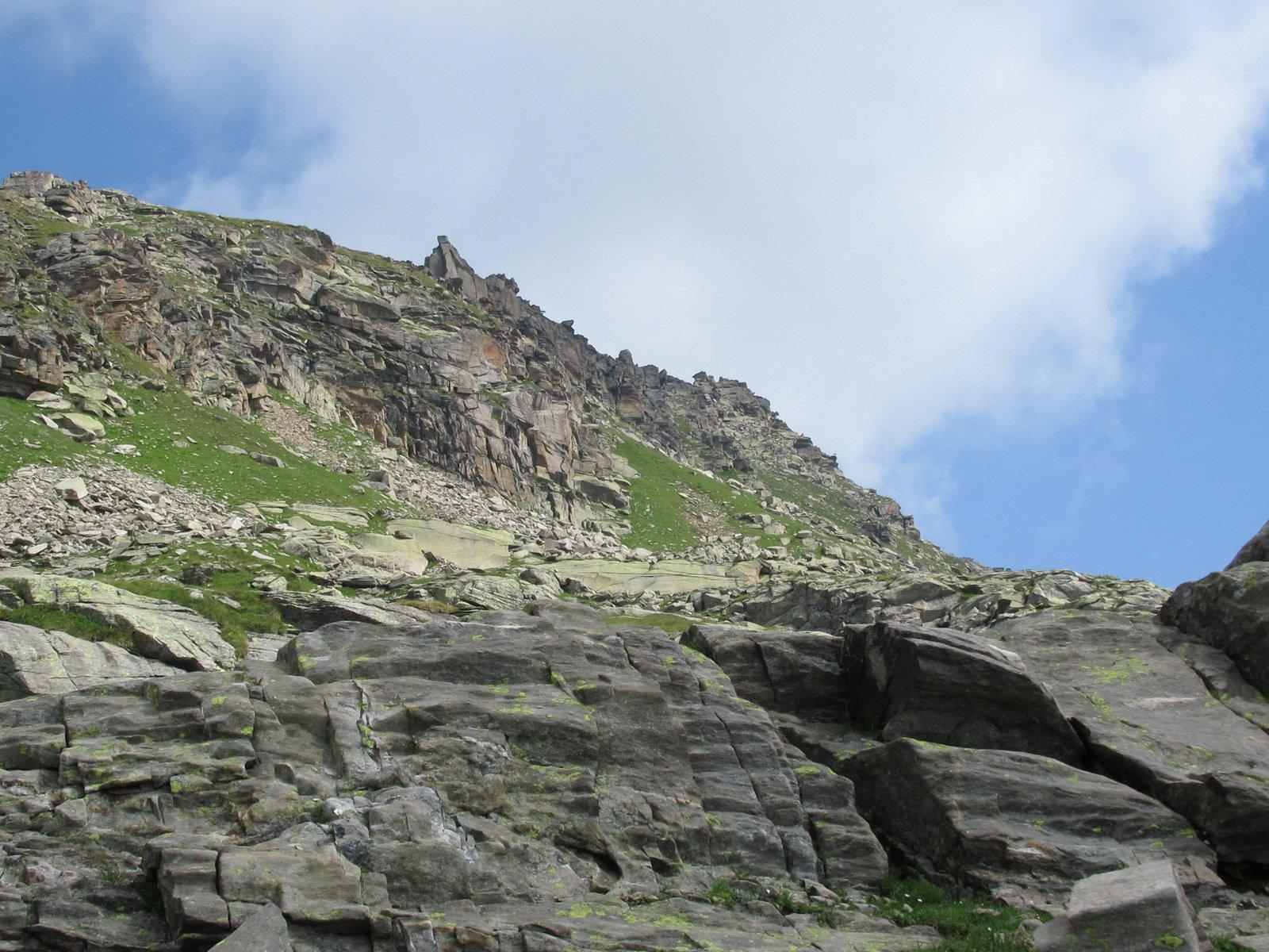 Il torrione roccioso sulla cresta visibile sin dal basso