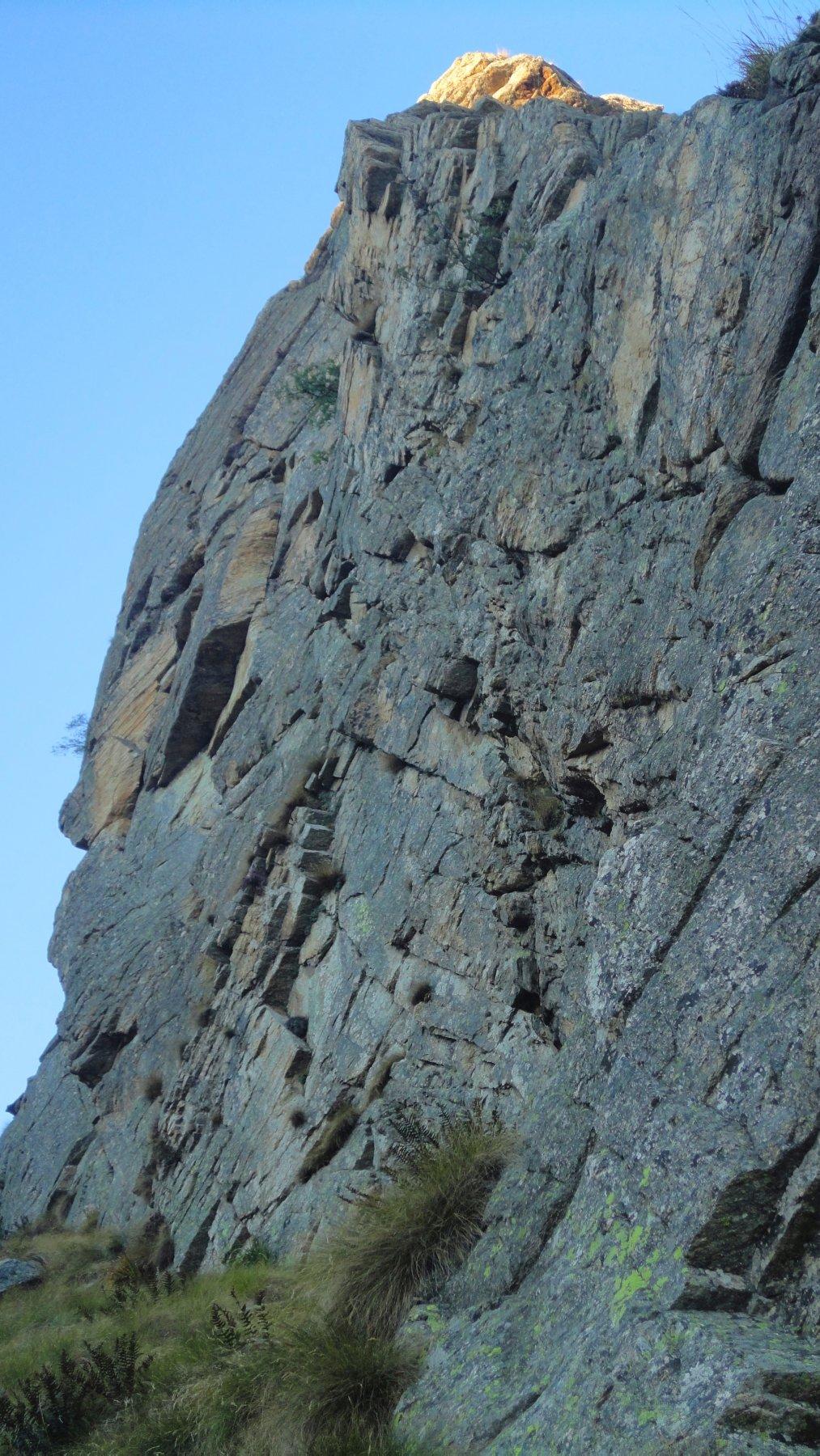 La parete ovest dello sperone della Sfinge su cui sale Ombre Rosse