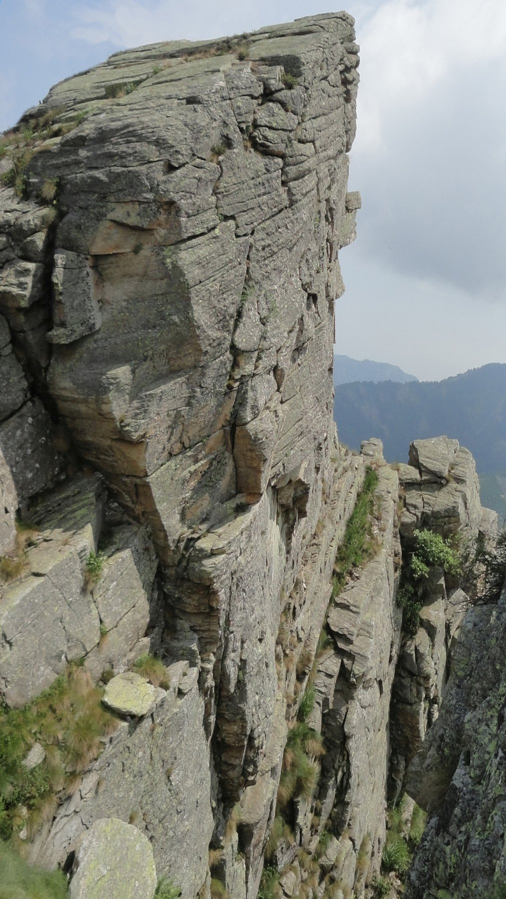 Il muro finale su cui sale L3 visto dalla sommità del canale che divide lo Sperone della Sfinge da quello dell'Aquila..