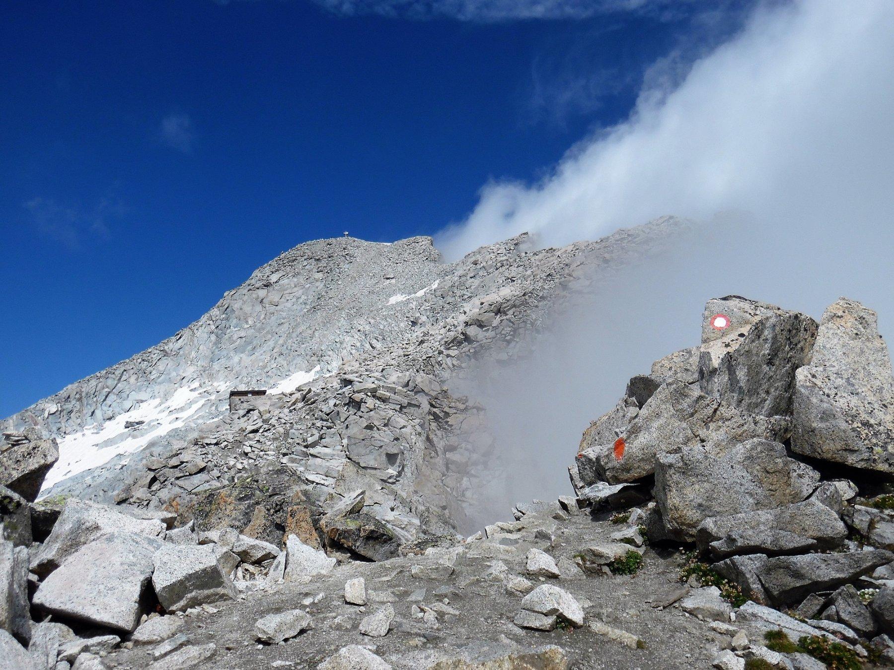 Il Bivacco Orobica 3382 m e la cima della Presanella
