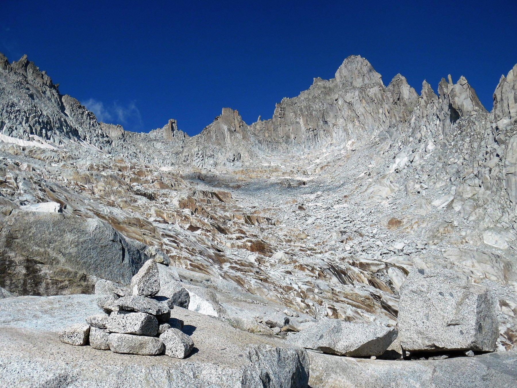 Anfiteatro glaciale granitico. Svetta il Monte Nero.