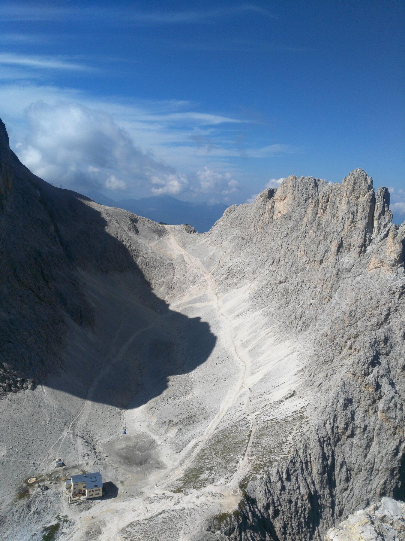 Dalla cima: da dx a sx la Croda di Re Laurino, il passo Santner e i primi pendii della parete Ovest (quella semplice) del Catinaccio di cui si vede l'ombra... sotto il Re Alberto