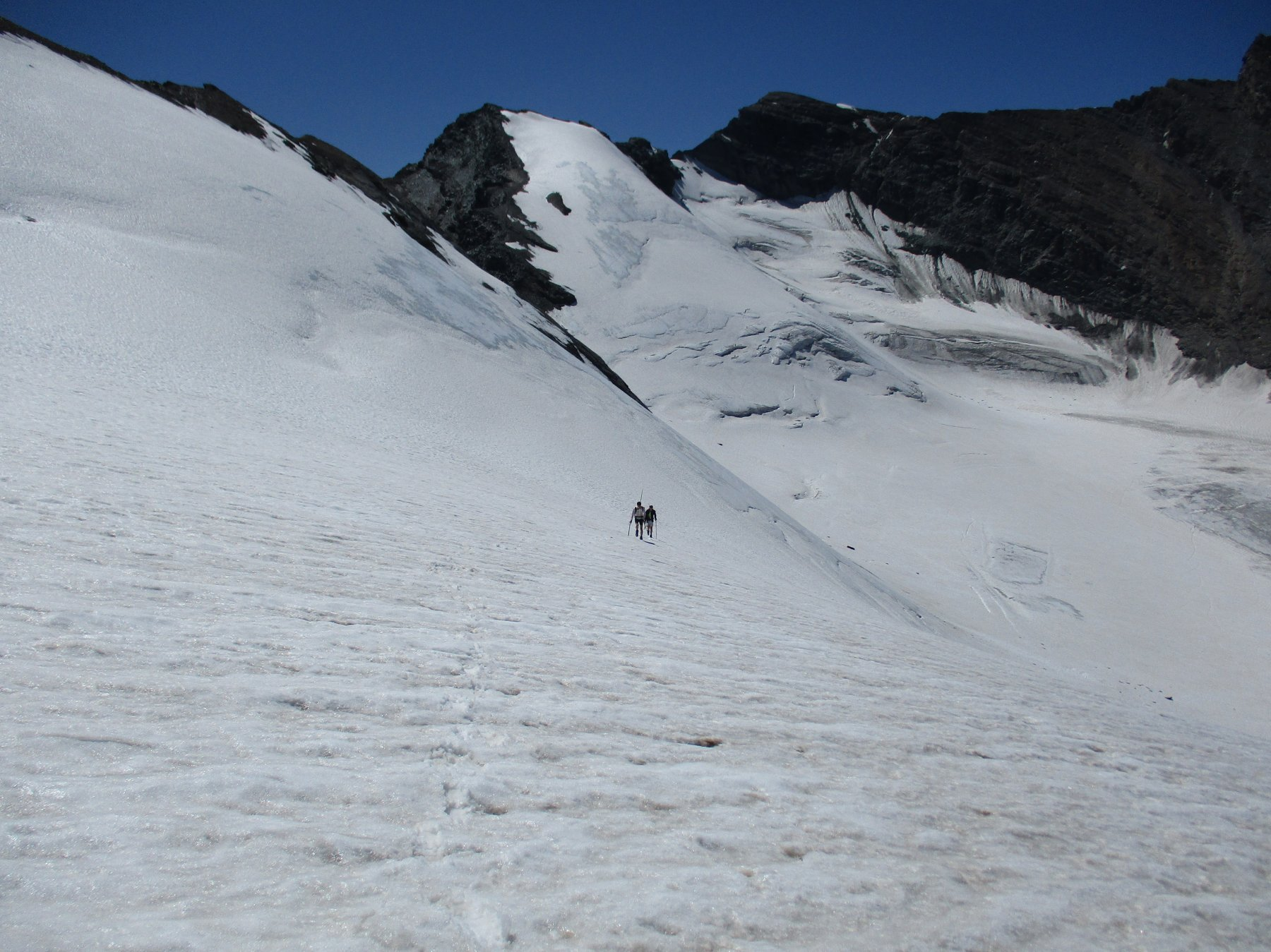 Buon innevamento sul ghiacciaio del Trajo attraversando sotto la Rossa