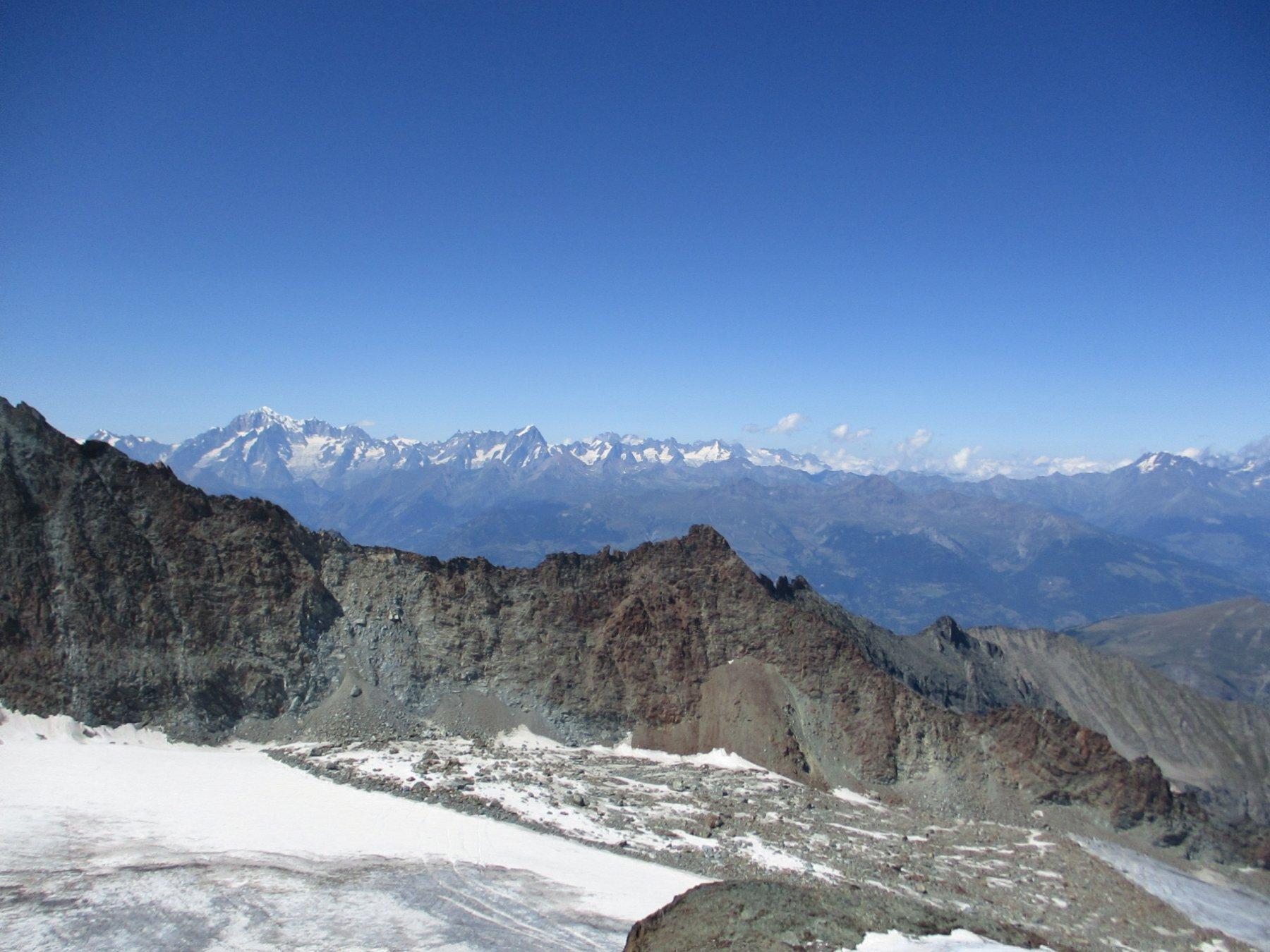 I resti della grande frana sul ghiacciaio del Trajo