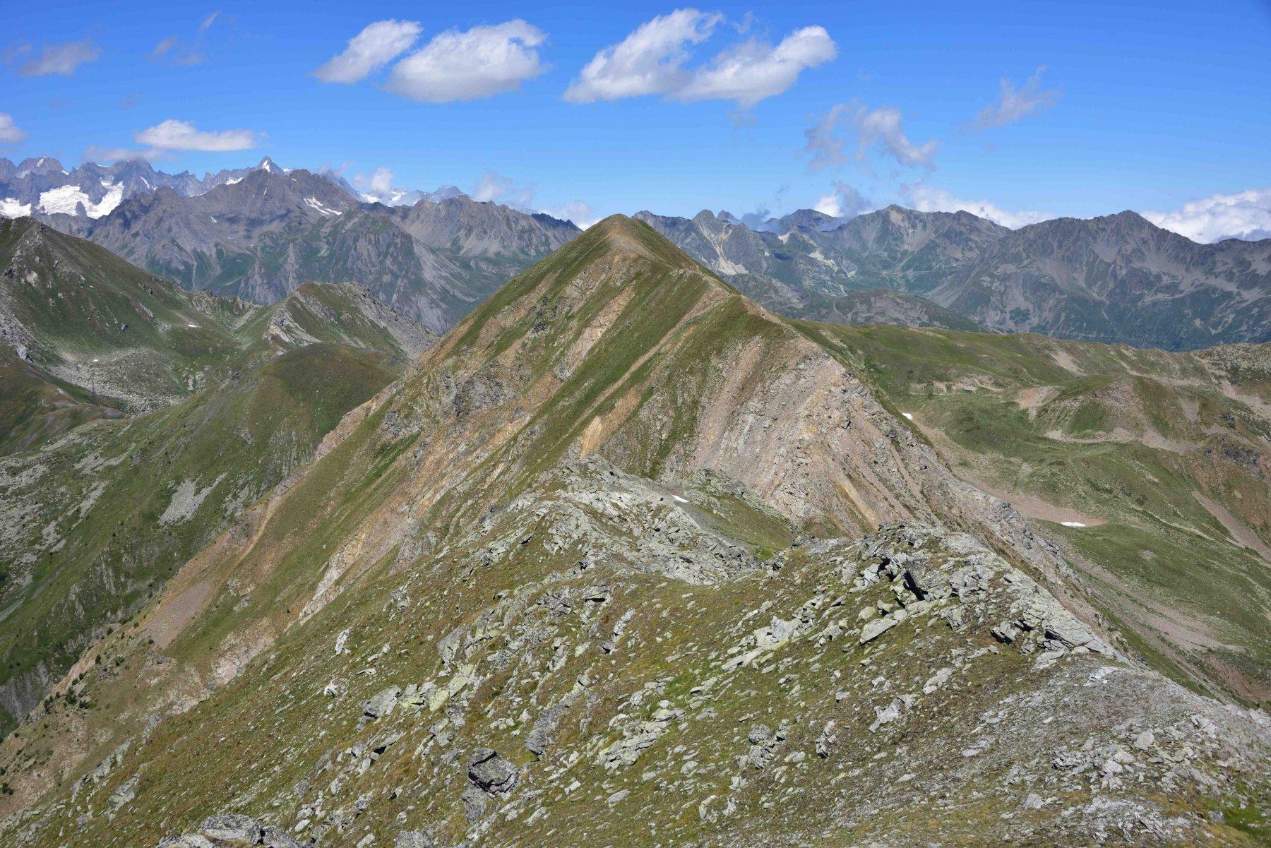 Veduta della cresta percorsa con il M.Flassin e la cresta N della Q.2758