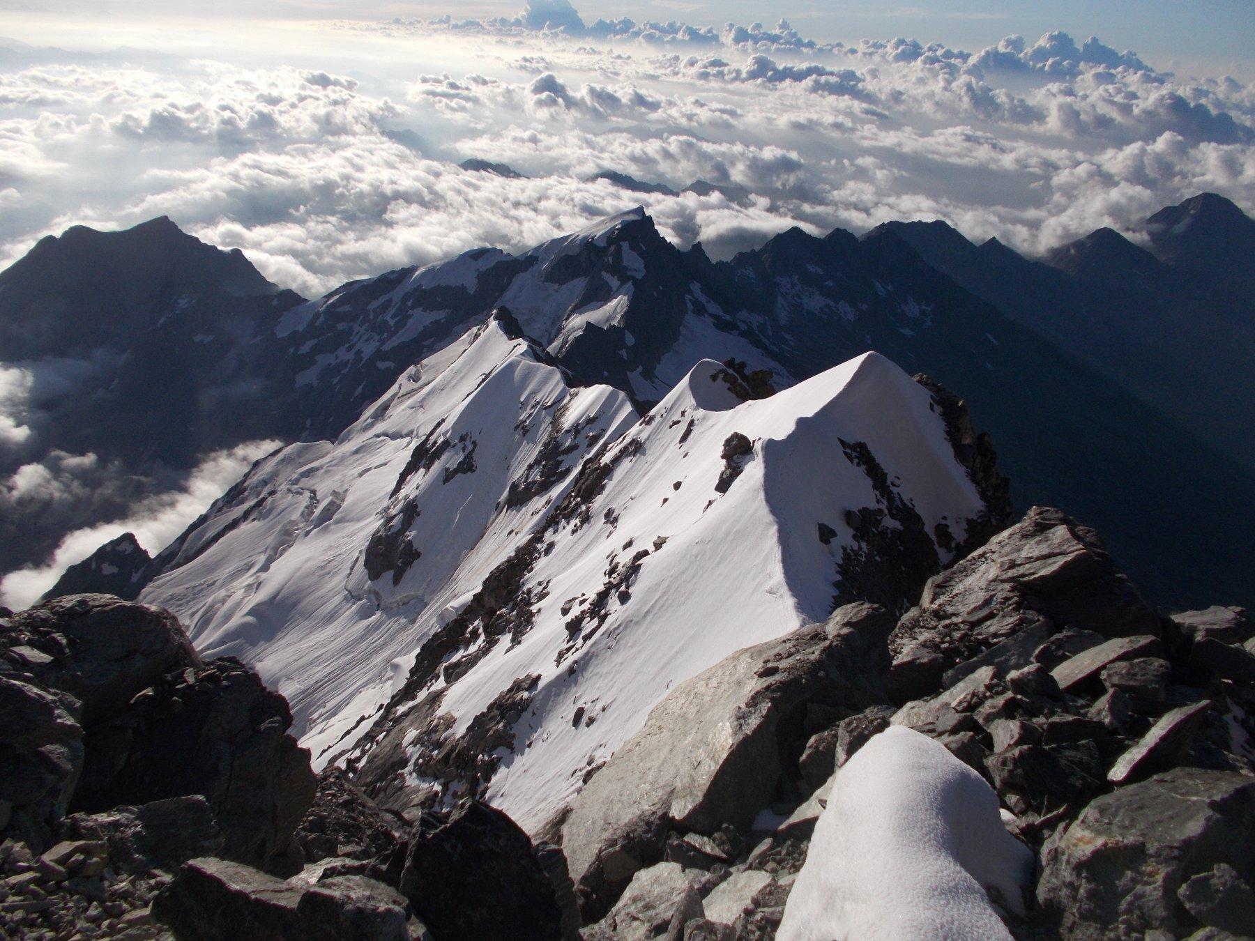 la parte iniziale della cresta essenzialmente in neve..vista dalla zona dei gendarmi..