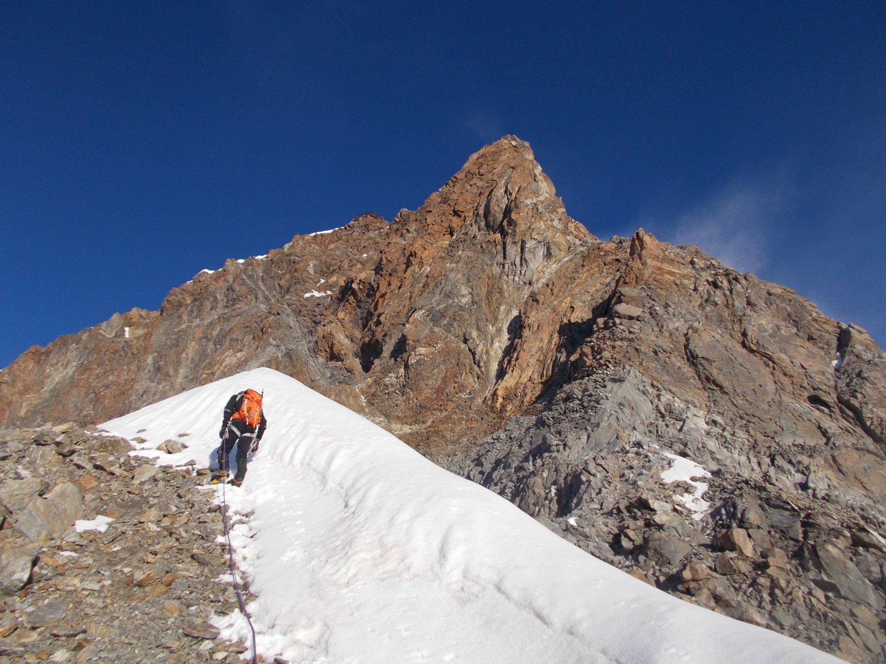 ogni tanto una crestina di neve interrompe la continuita' su roccia..