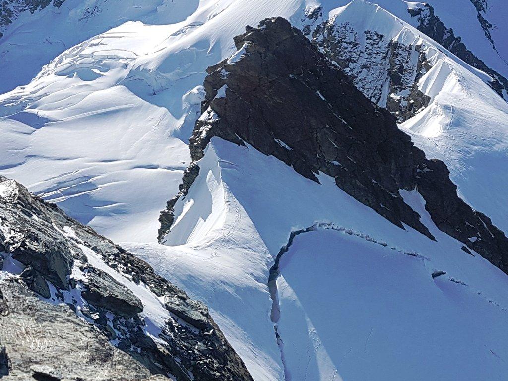 Dopo il Gemello. In ombra il tratto ghiacciato alla base delle calate.