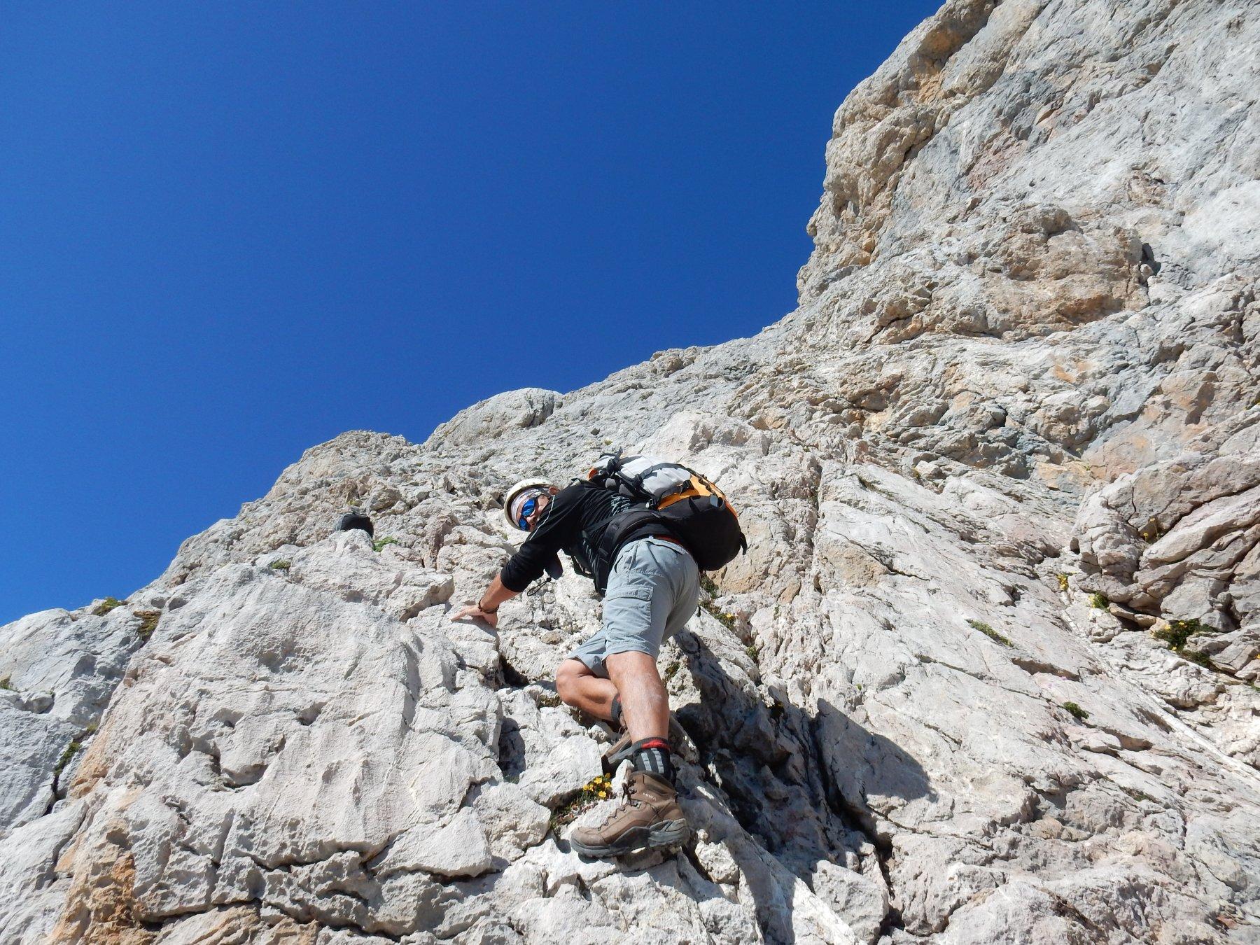 Clemente in arrampicata sul tratto ripido.