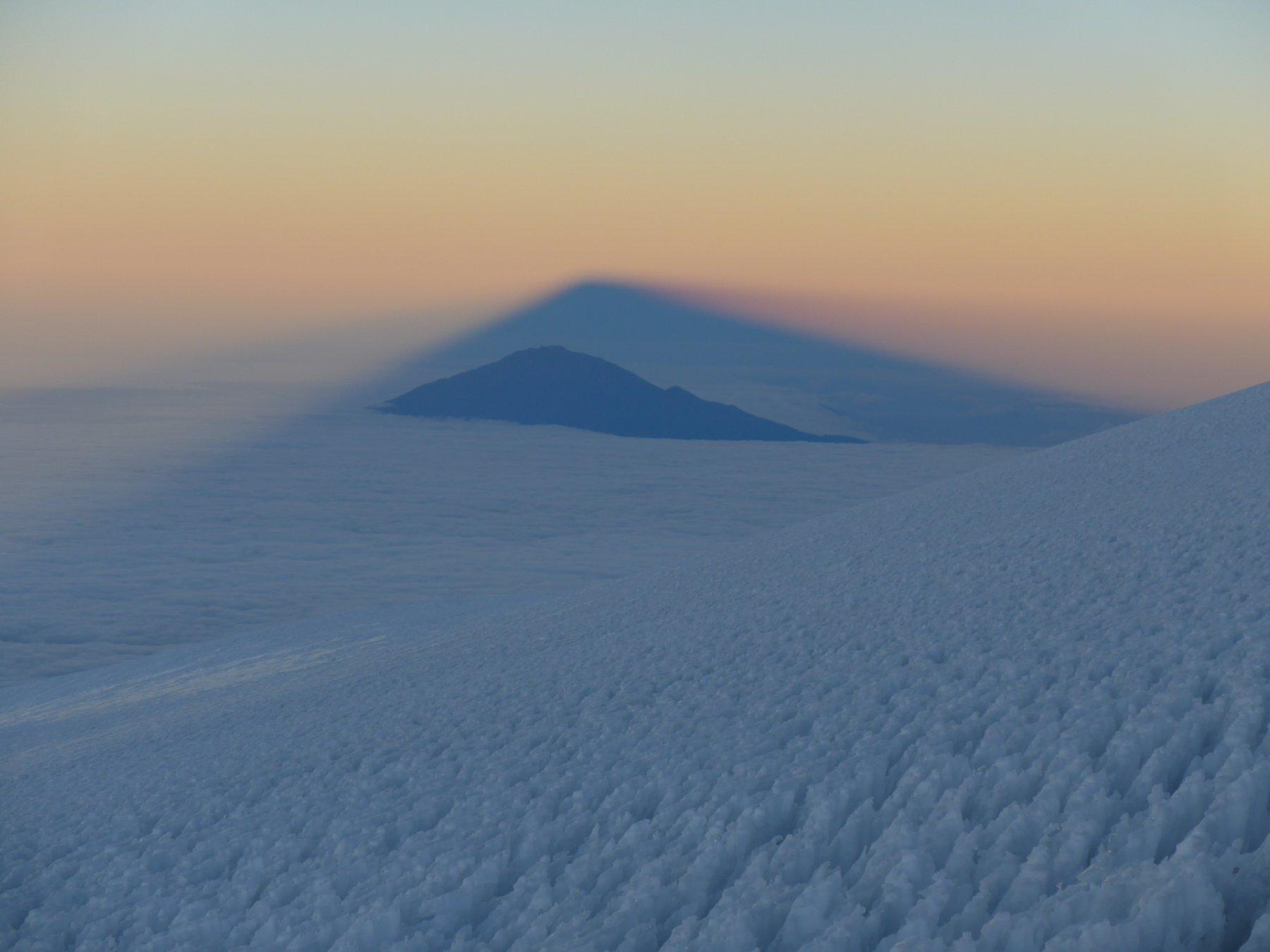 L'ombra del Kibo ricopre il non lontano Mount Meru