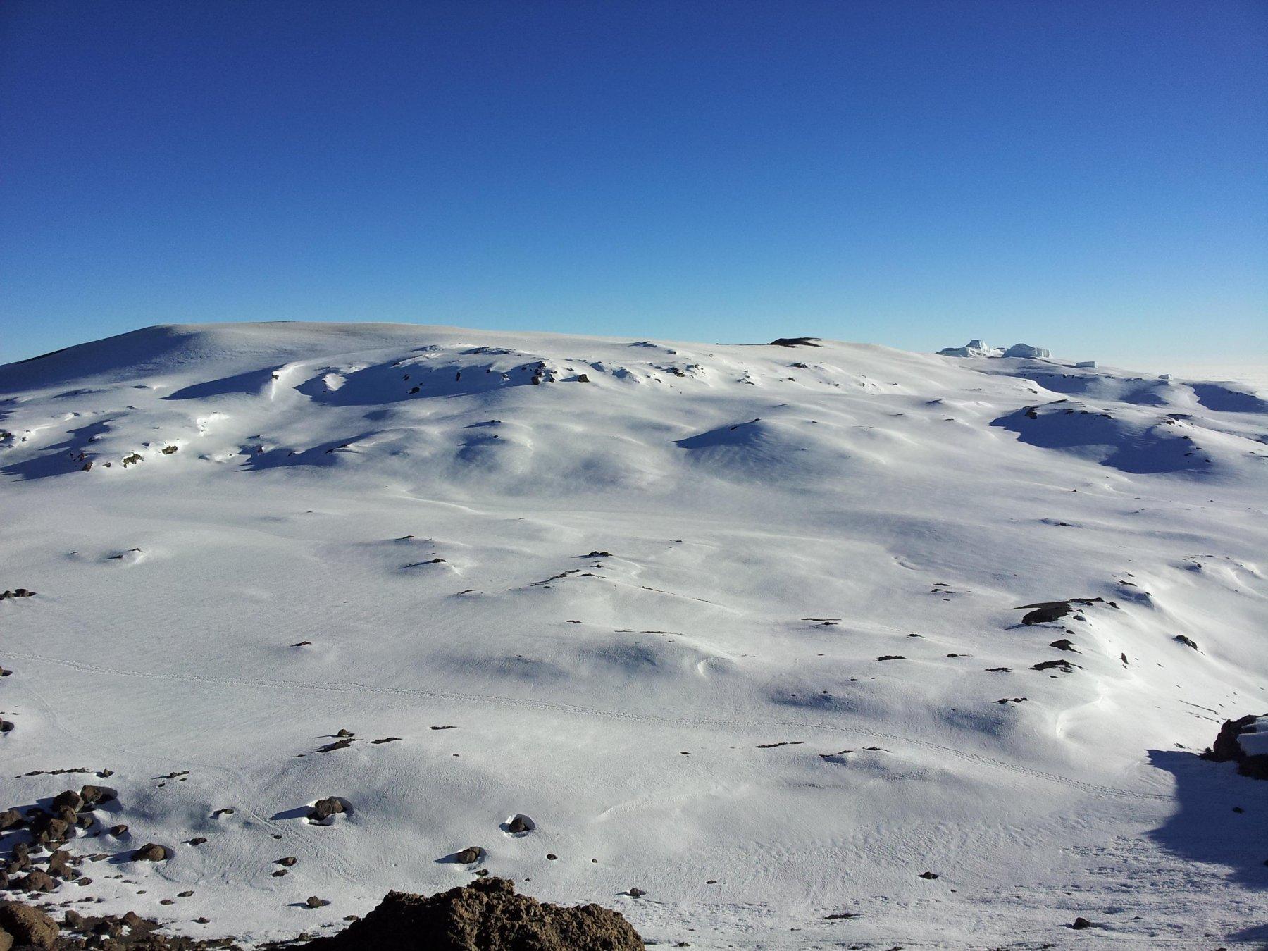 Il cratere al centro della caldera è ricoperto di neve