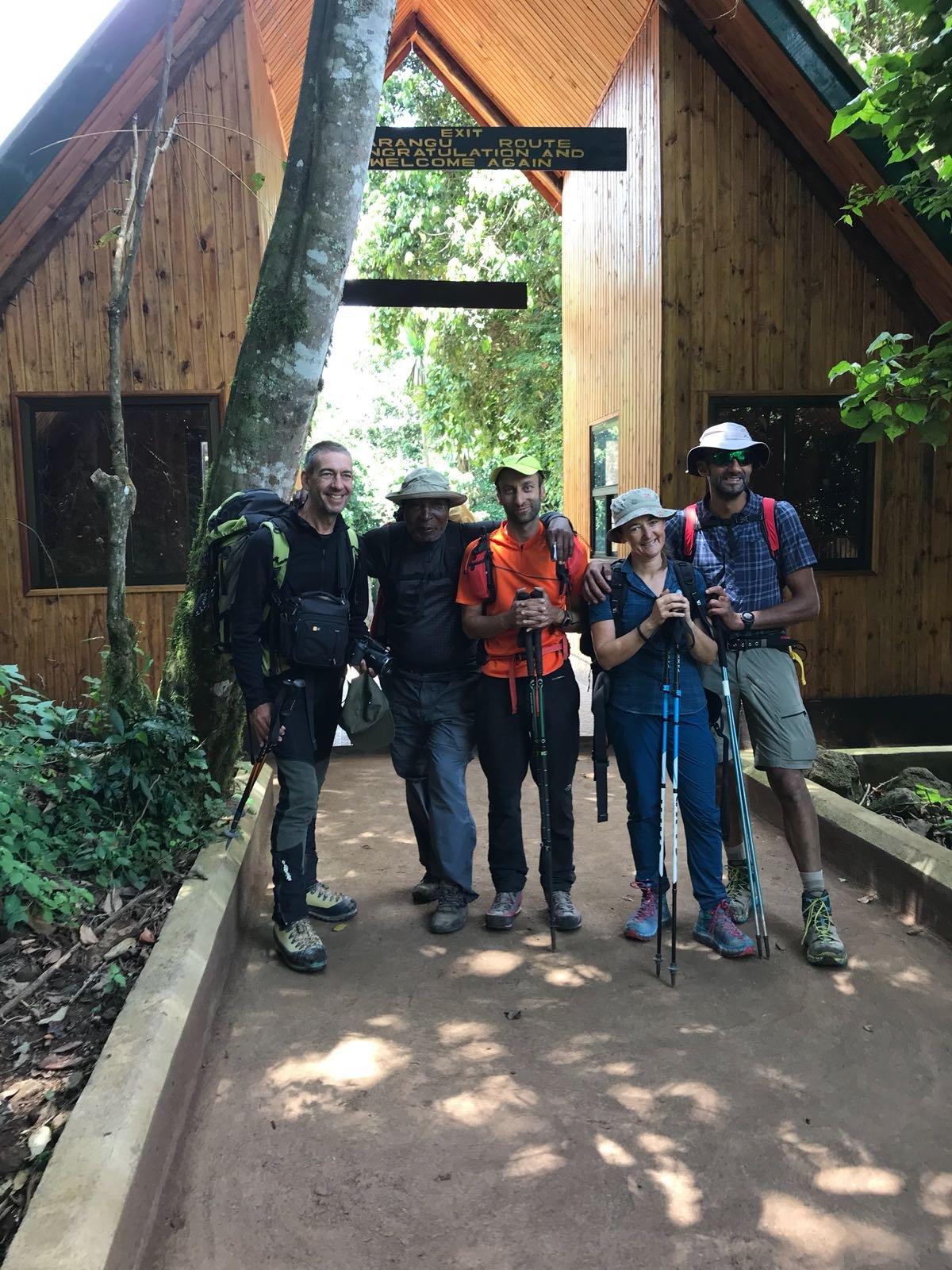 Uscita al Marangu Gate: Davide, Cinzia, Michele e Maximo