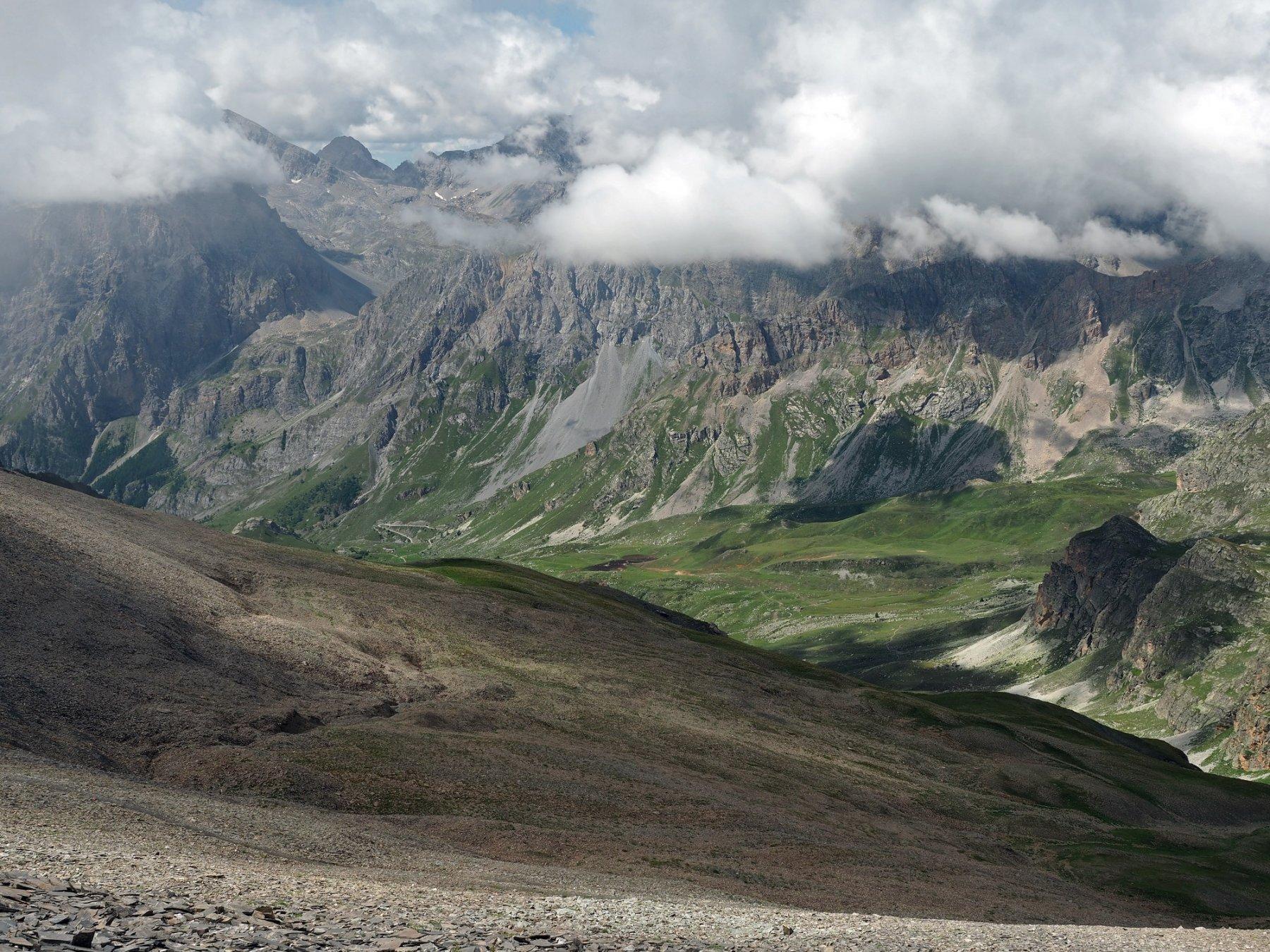 Dalla cima, uno sguardo verso la val Maira