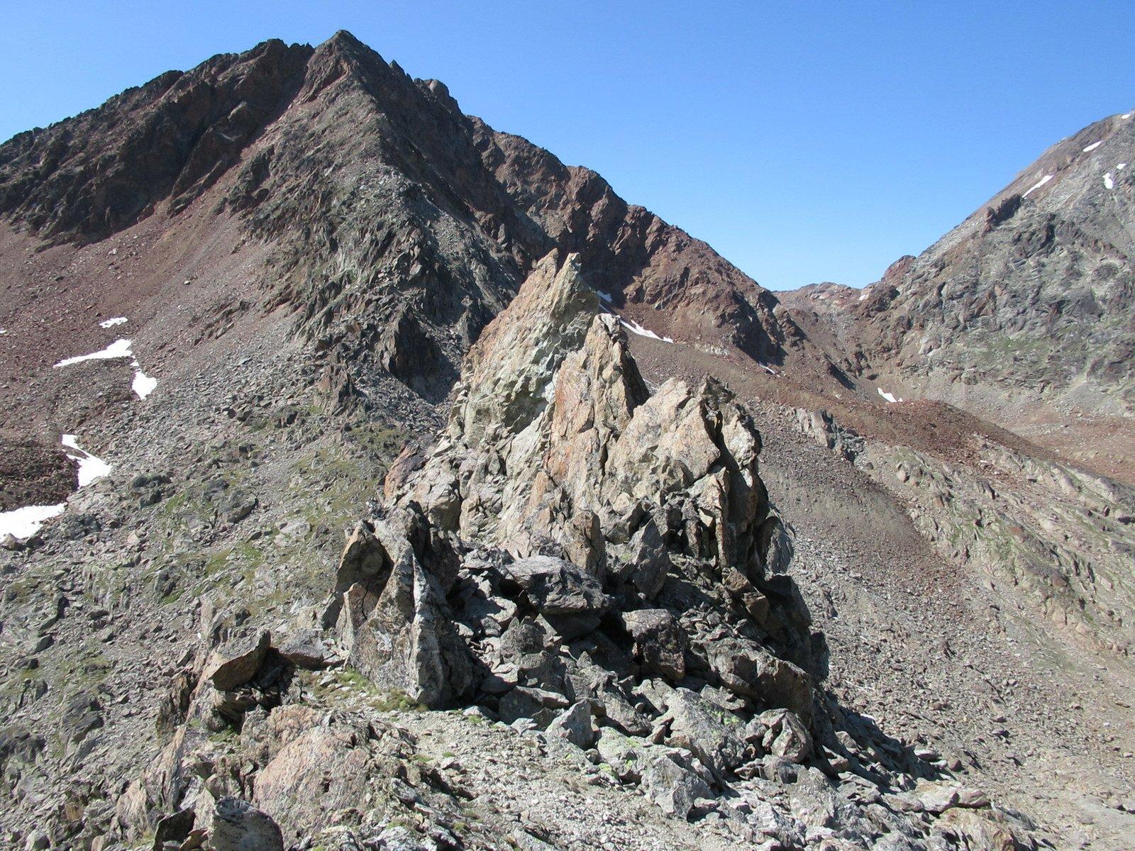 Alcuni torrioni sulla cresta da aggirare, in fondo la Punta di Laures